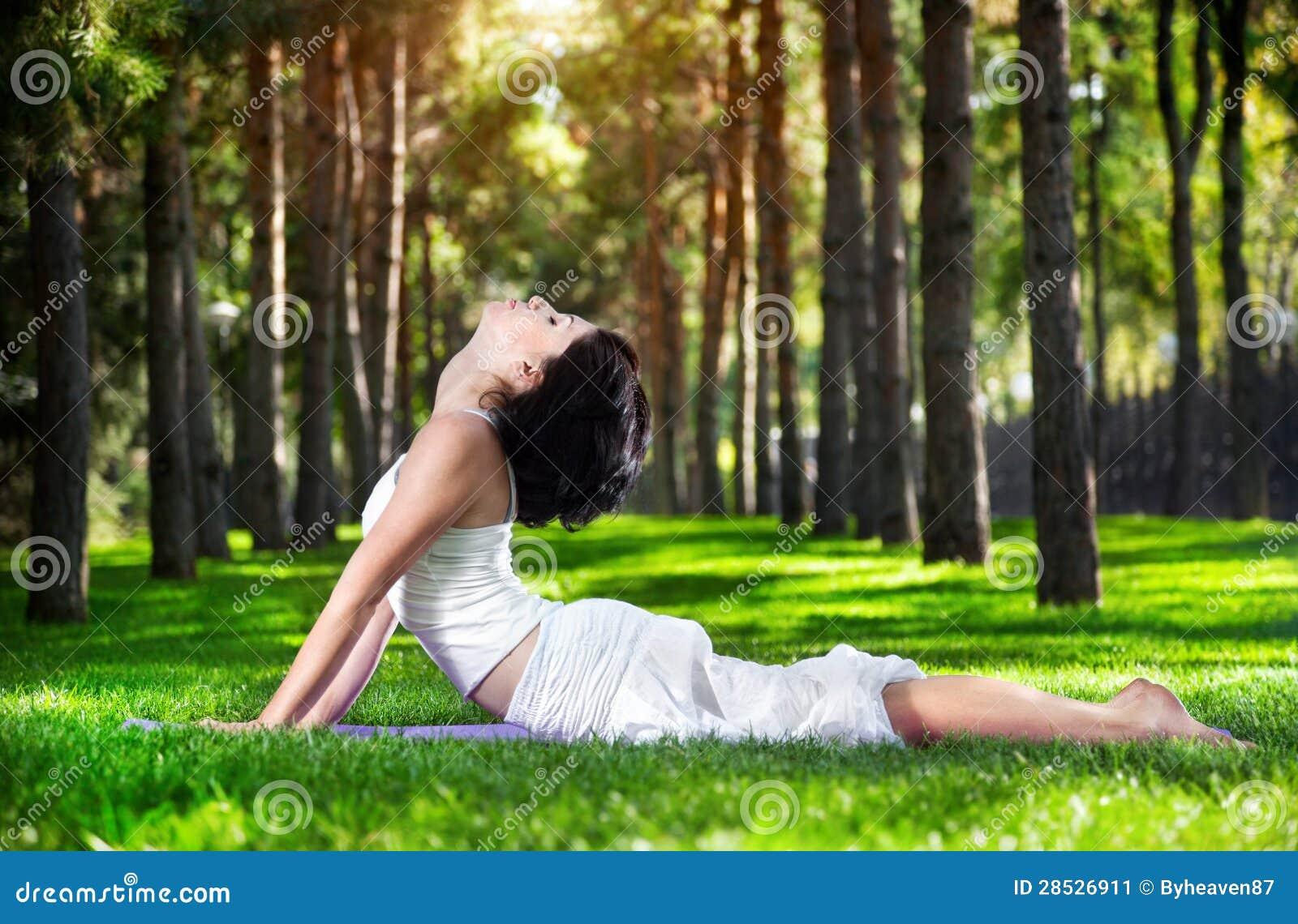 Pose da cobra da ioga no parque