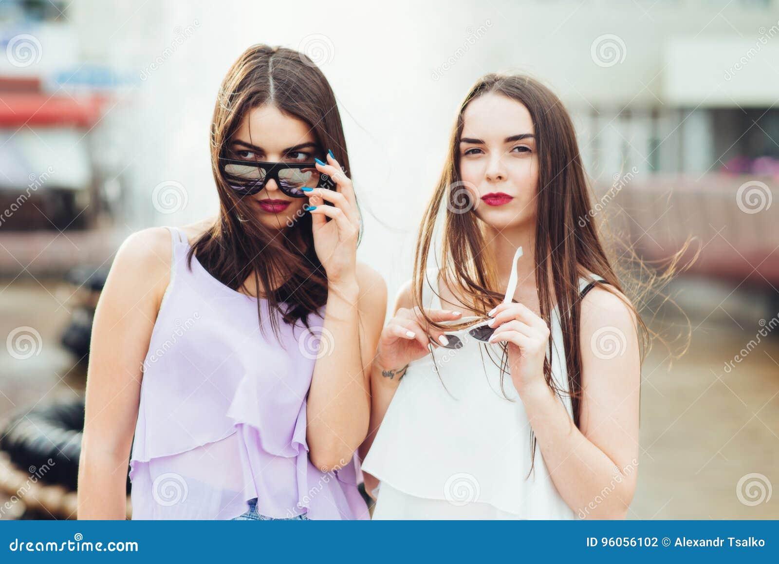 Pose de deux belle amies sur la rue