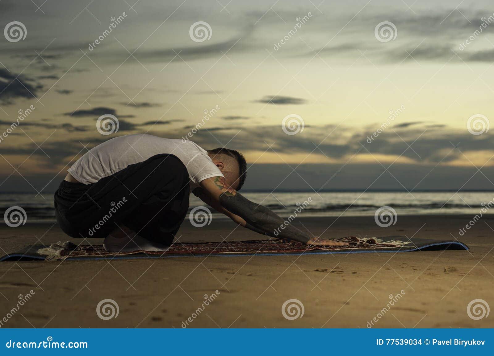 Pose De Pratique De Yoga D Homme De Tatouage De Jeunes Sur La Plage