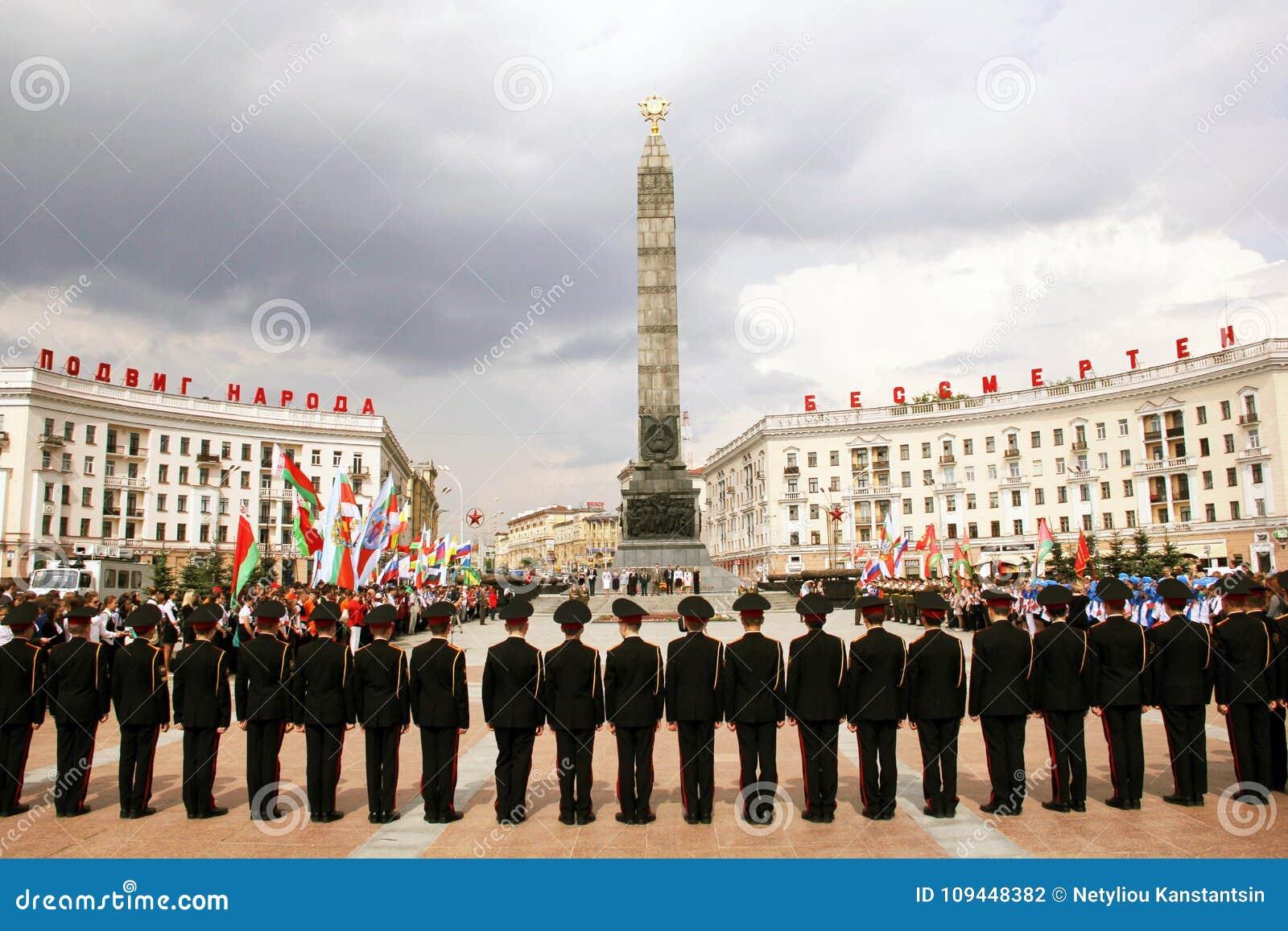Pose des fleurs sur Victory Square à Minsk Belarus