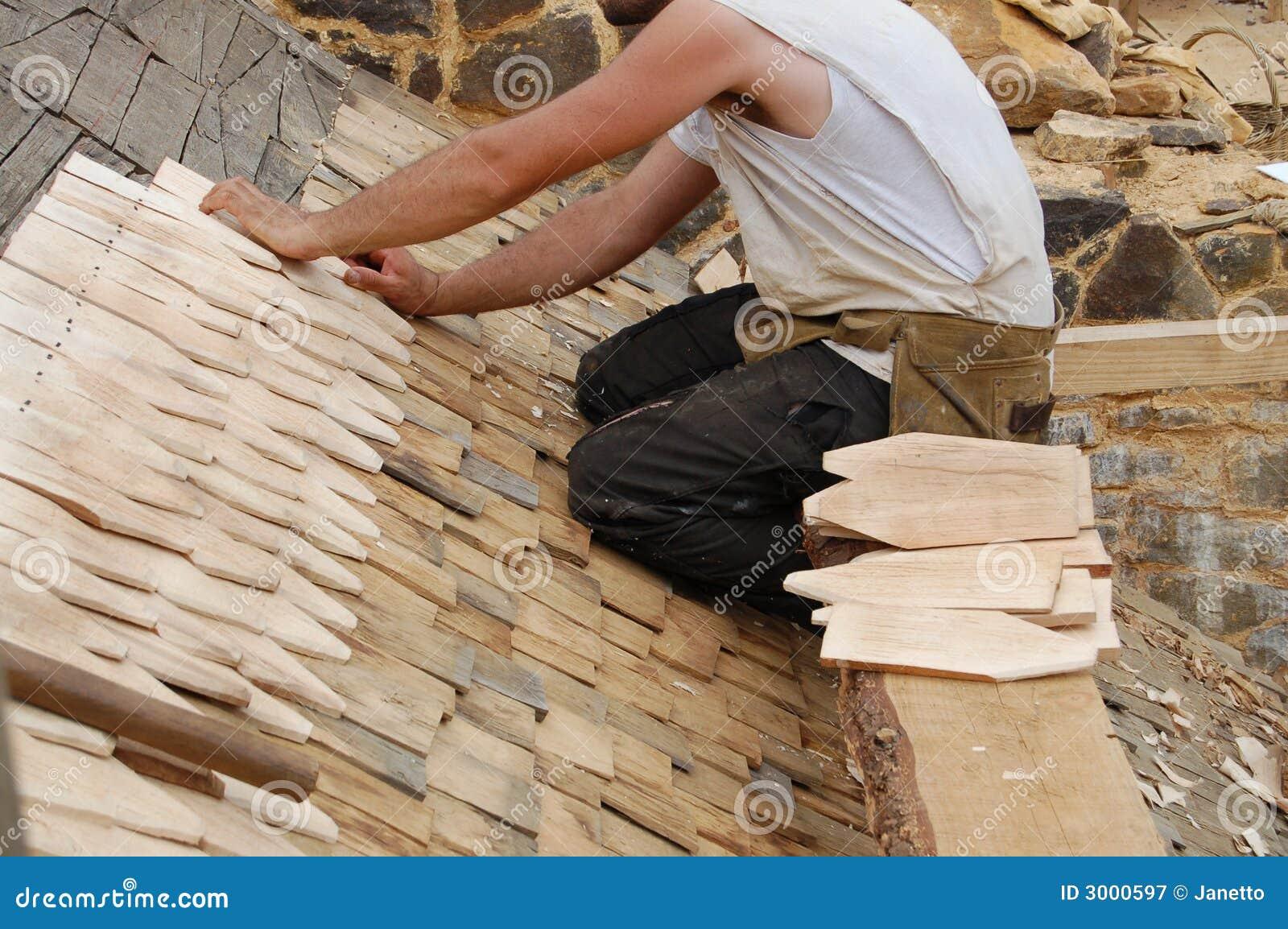 Pose Des Tuiles De Toit En Bois Image Stock Image Du