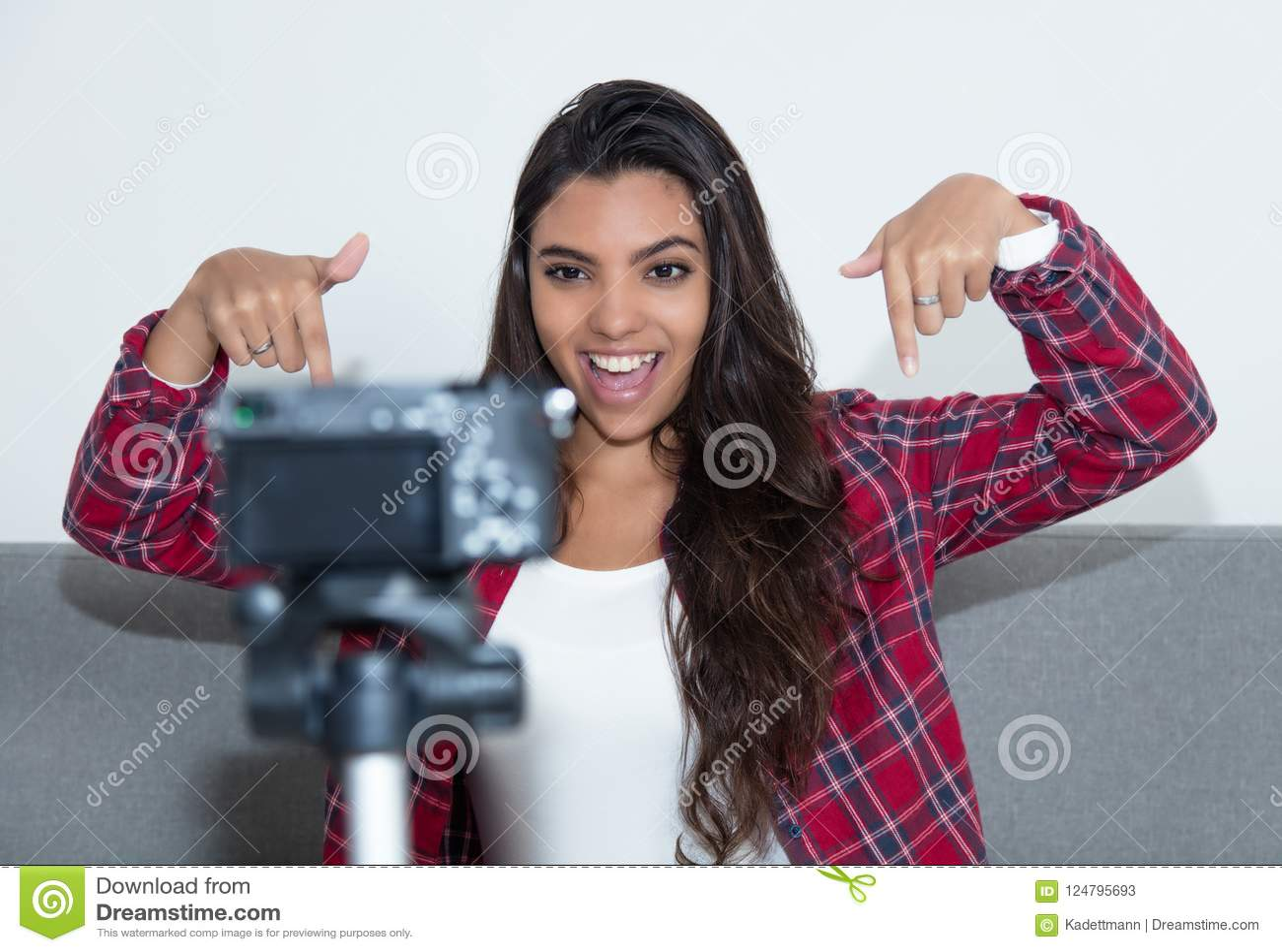 Pose du blog latino-américain de vidéo d enregistrement de fille d influencer