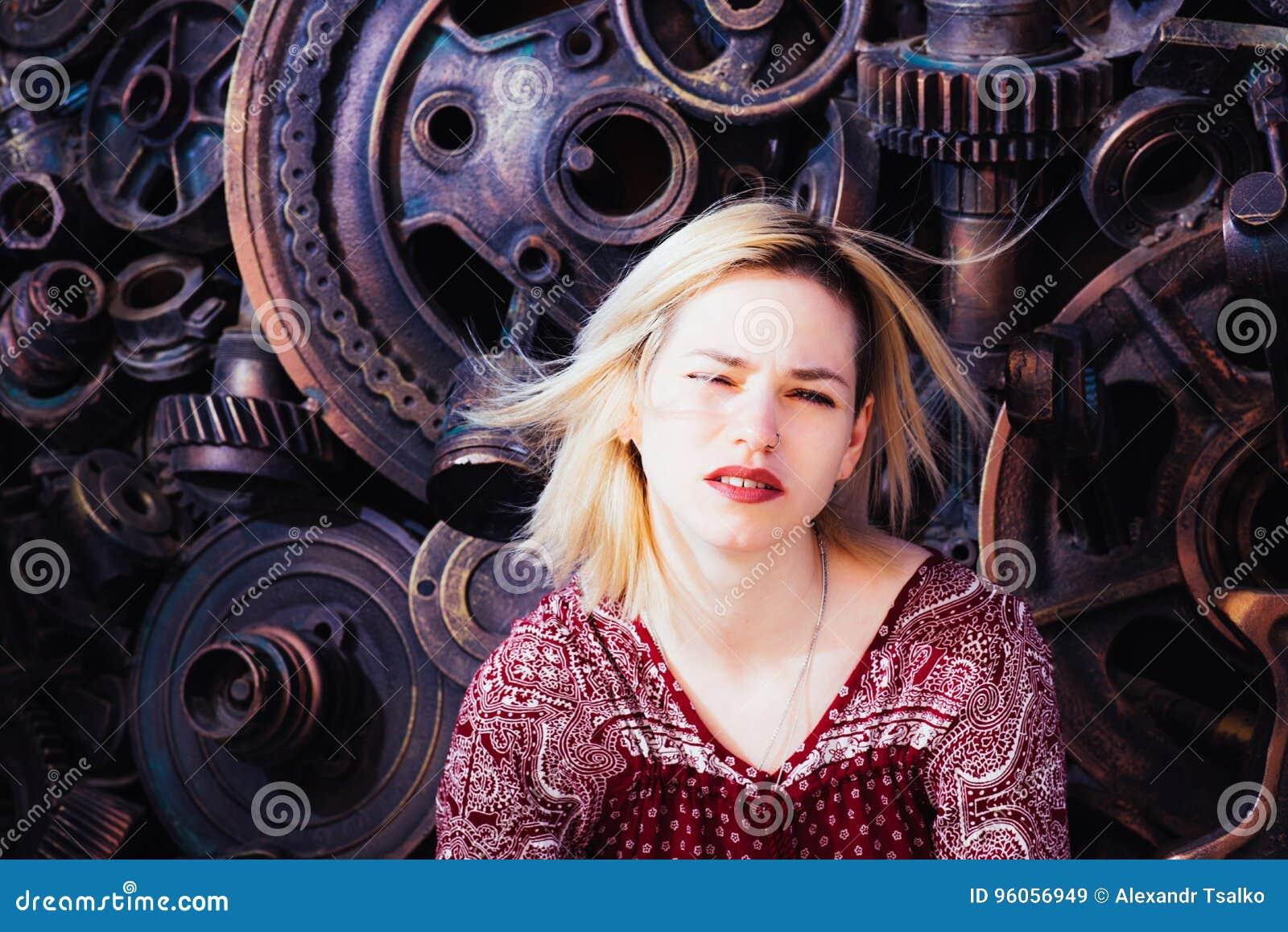 Pose modèle de fille près du mur pendant l après-midi