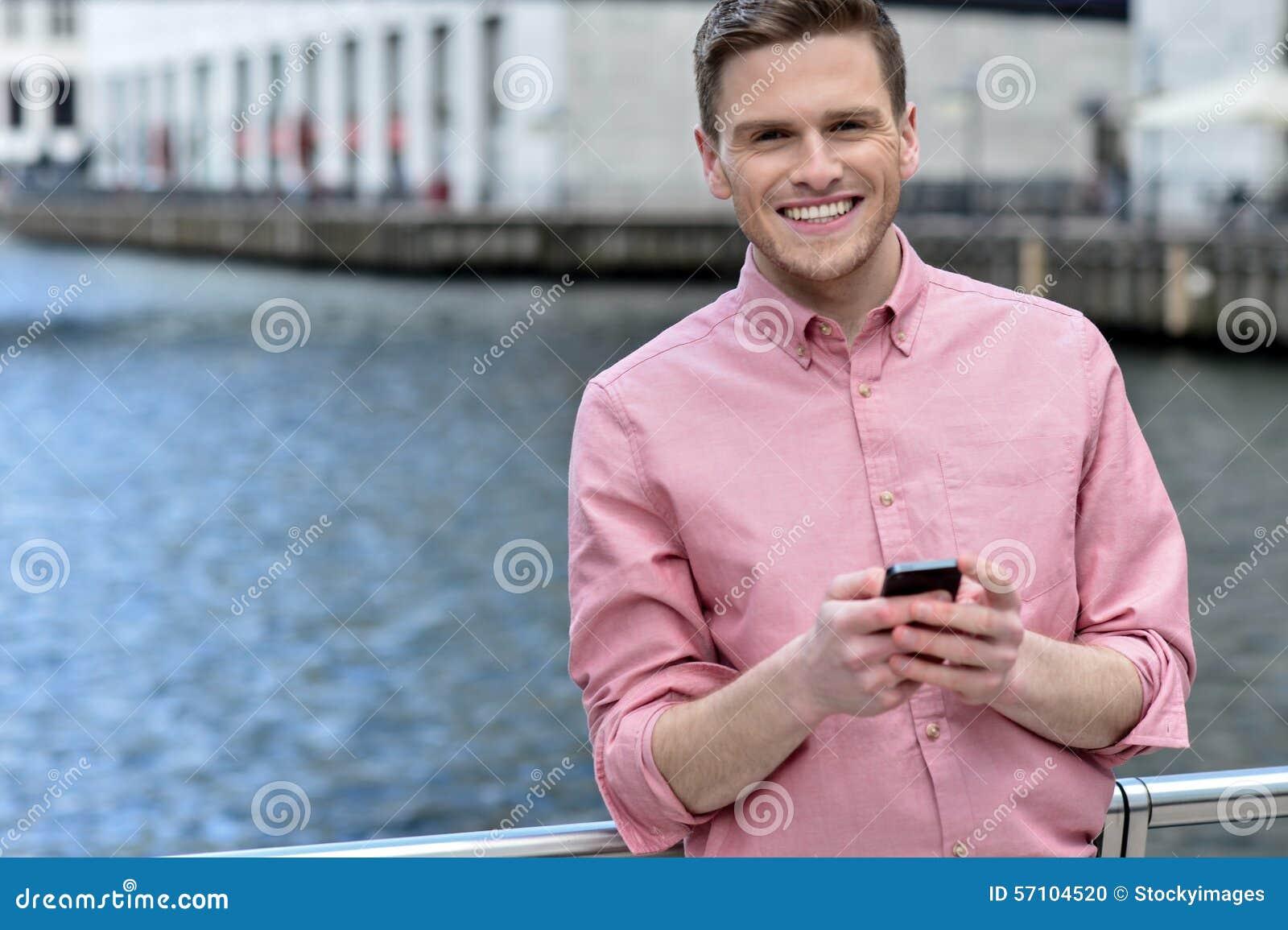 Pose occasionnelle d homme de sourire à dehors