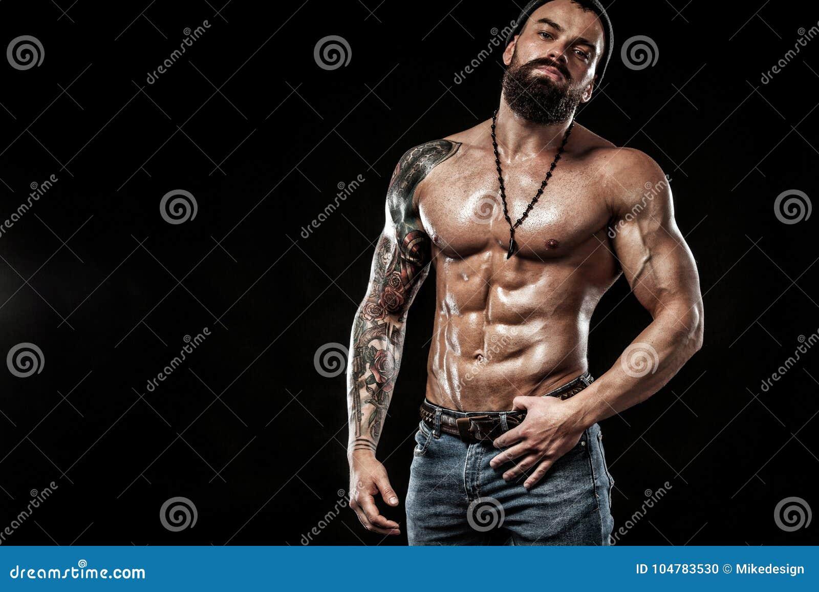 Posera för kroppsbyggare Manlig makt för härlig sportig grabb Kondition tränga sig in man Fläckbegrepp med kopieringsutrymme