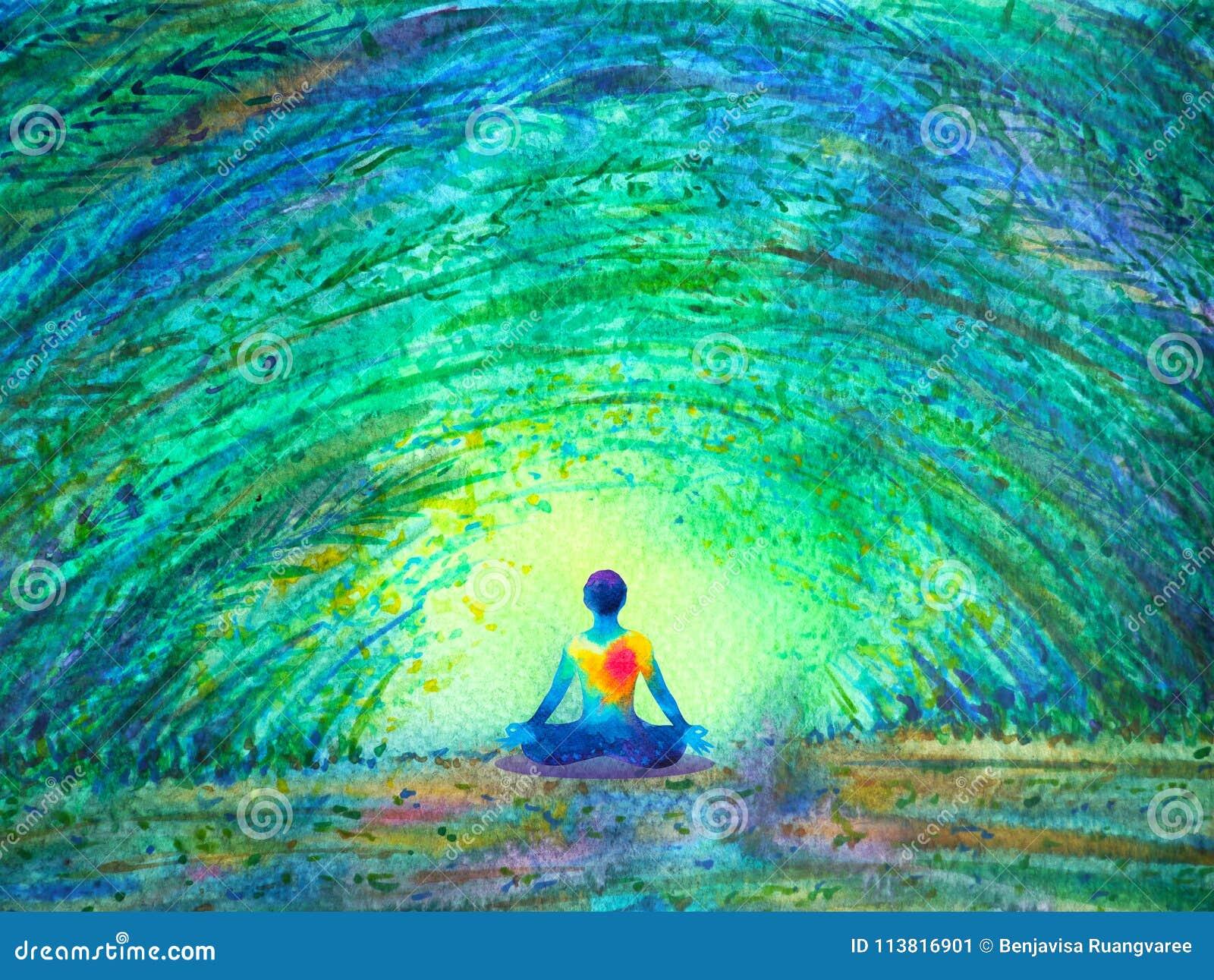 Poserar mänsklig lotusblomma för Chakra färg yoga i grön trädskogtunnel