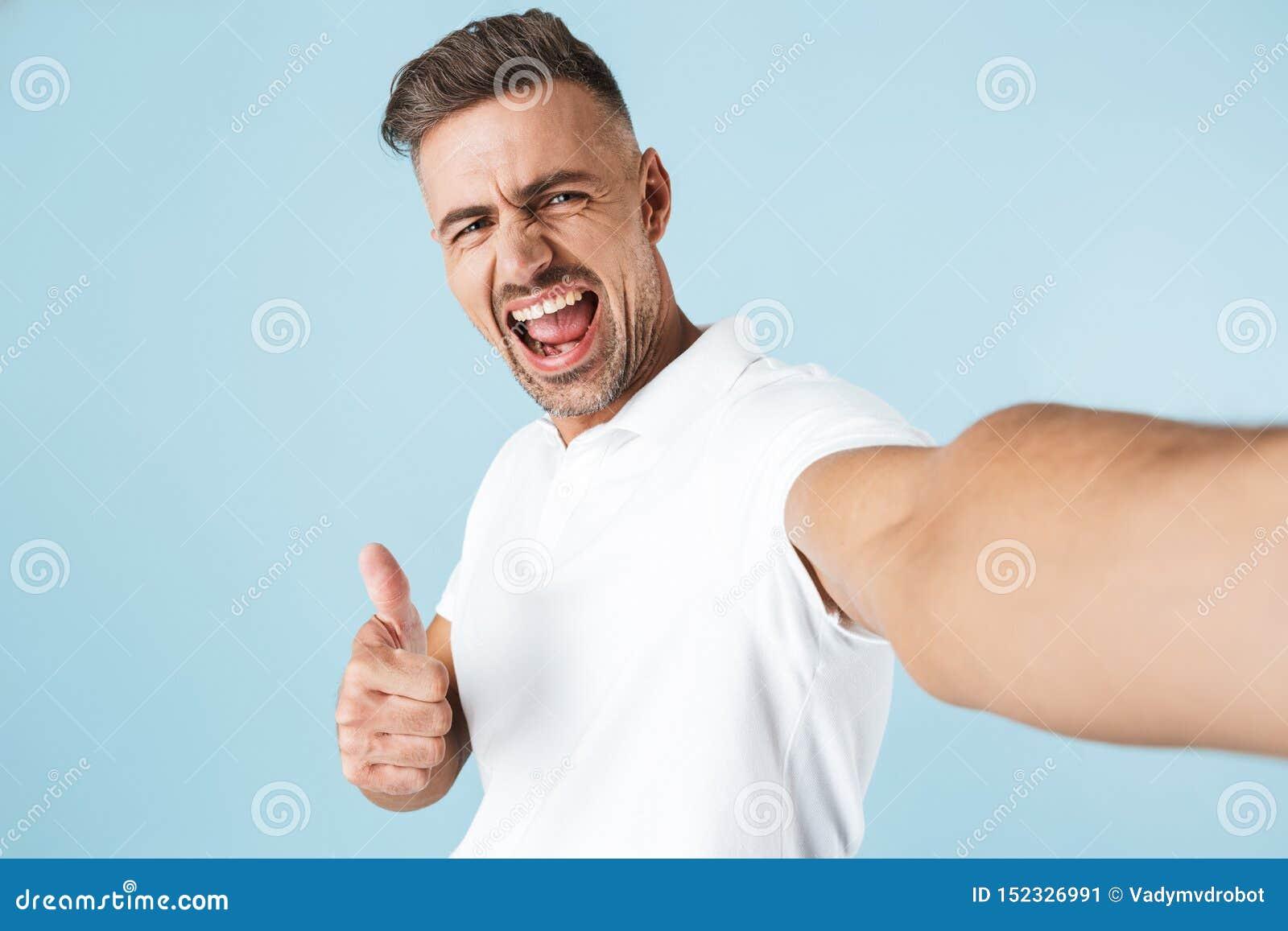 Posição branca vestindo considerável do t-shirt do homem novo