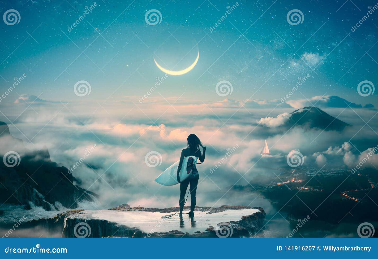 Posição da menina do surfista acima das nuvens que sonham sobre o inchamento