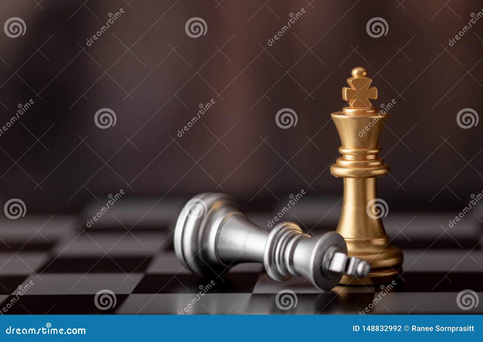 Posi??o e prata do rei do ouro que caem na placa de xadrez