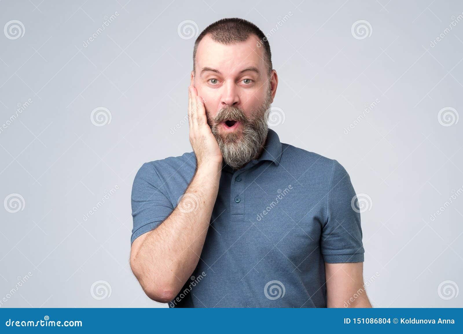 Posição farpada surpreendida do homem com boca aberta