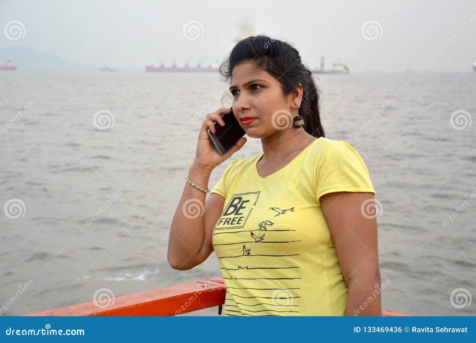 Posição indiana bonita do retrato das mulheres no barco