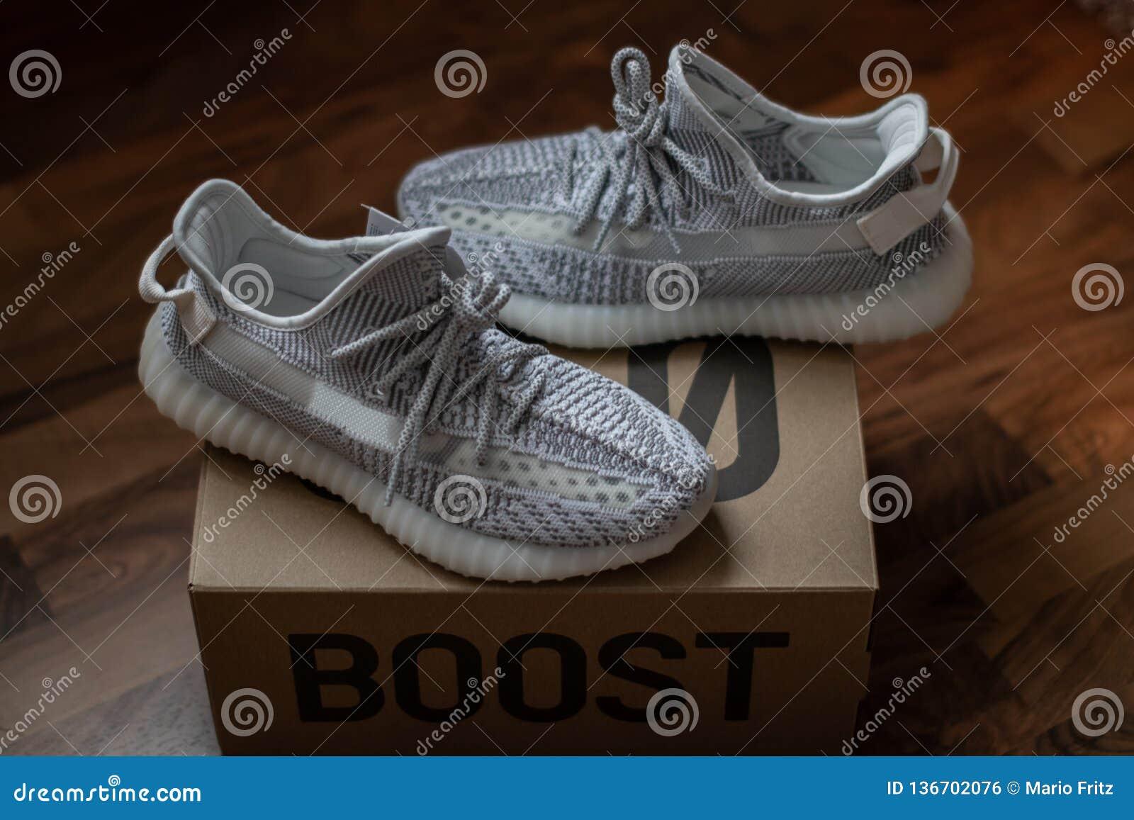 Posição V2 estática do impulso 350 de Adidas Yeezy na caixa 350 Liberado o 26 de dezembro de 2018