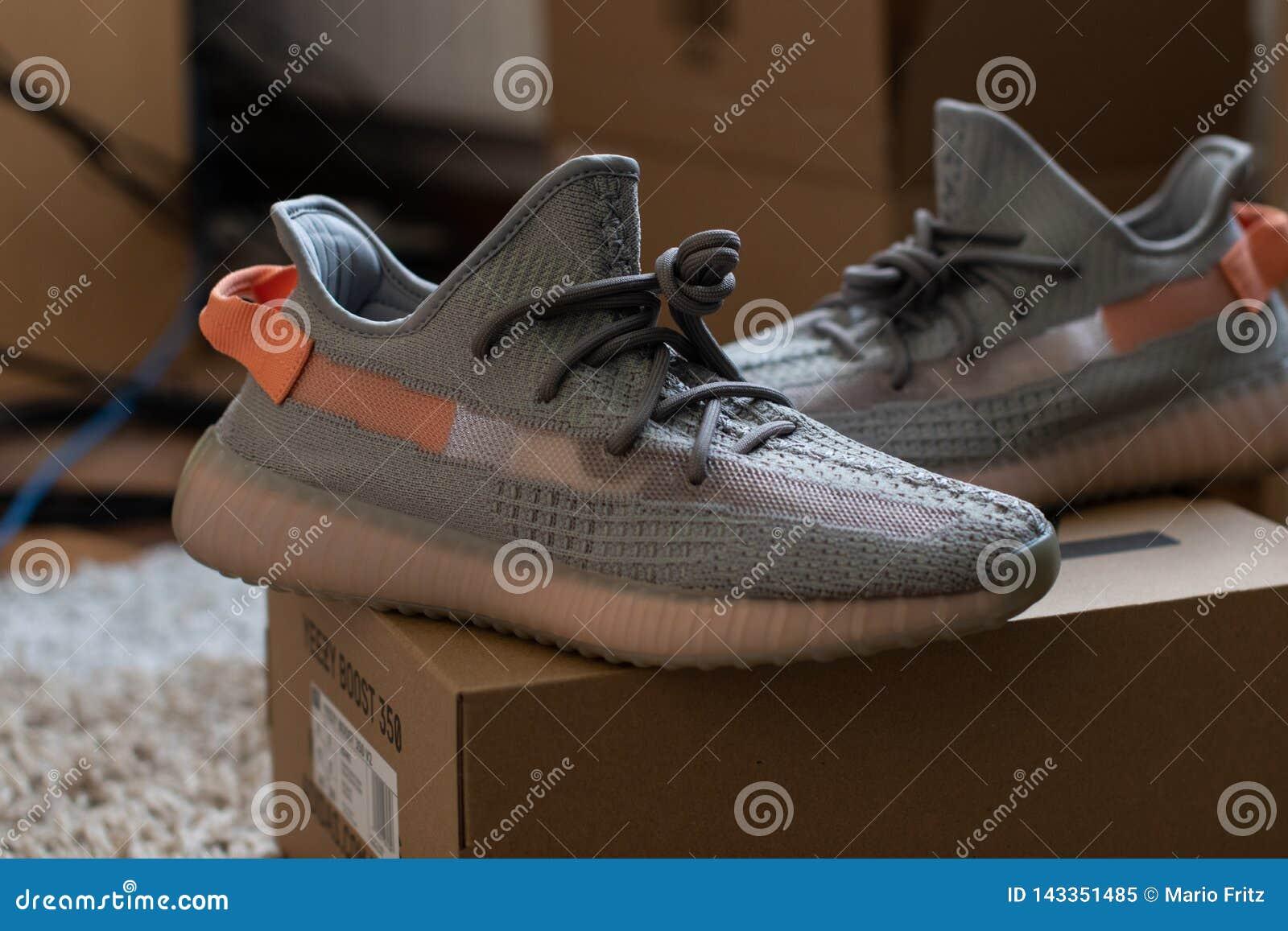 Posição verdadeira do formulário do trfrm V2 do impulso 350 de Adidas Yeezy na caixa 350 Liberado o 16 de março de 2019