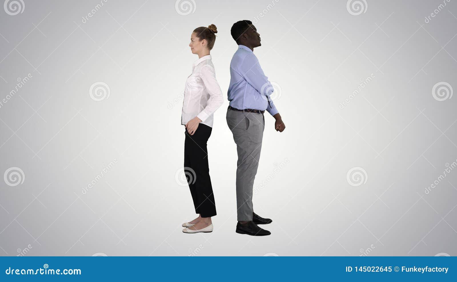 Posi??o bonita e consider?vel do indiv?duo de volta ?s poses em mudan?a da parte traseira no fundo do inclina??o