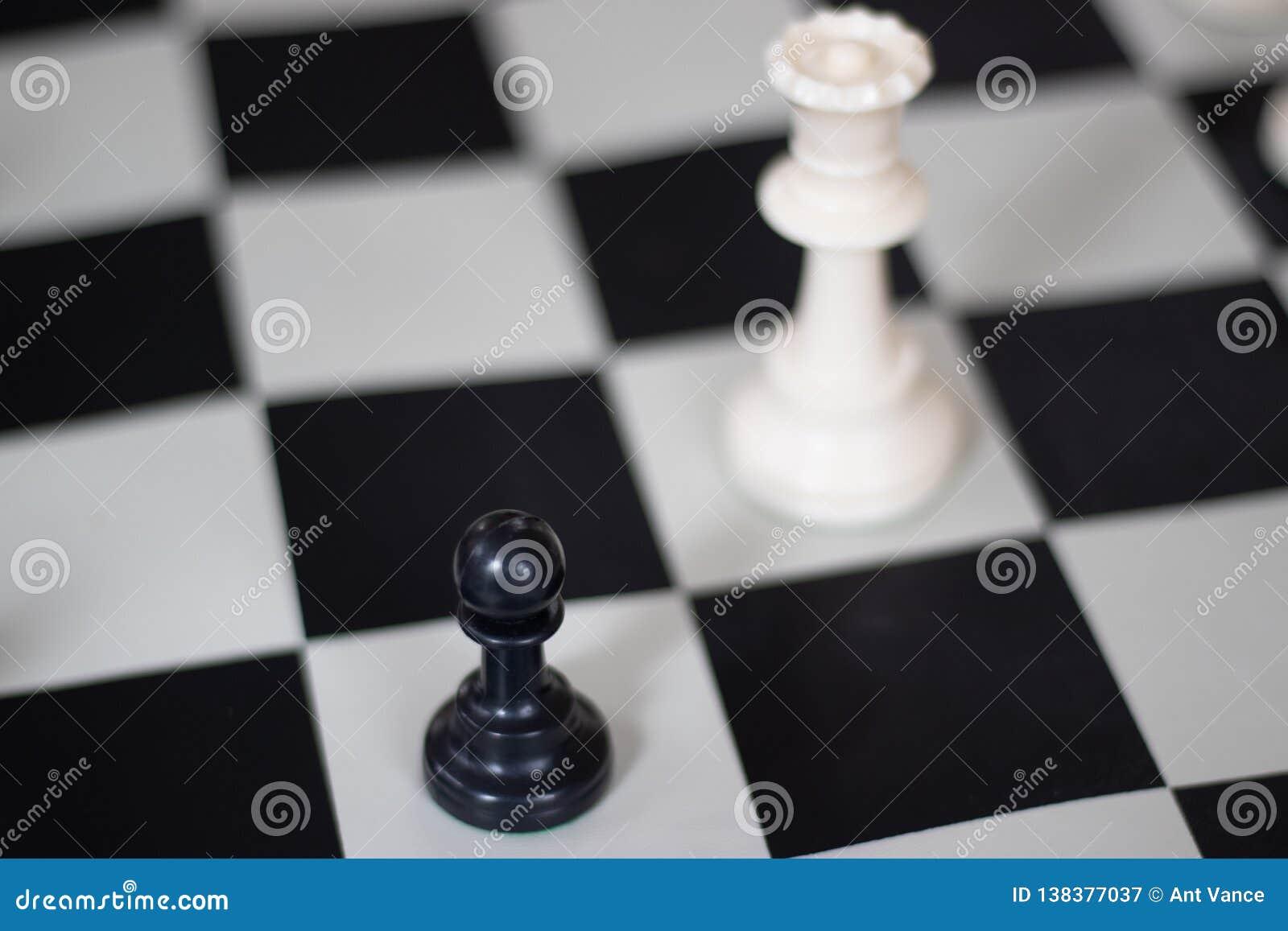 Posición del ajedrez con la reina y el empeño, juego medio