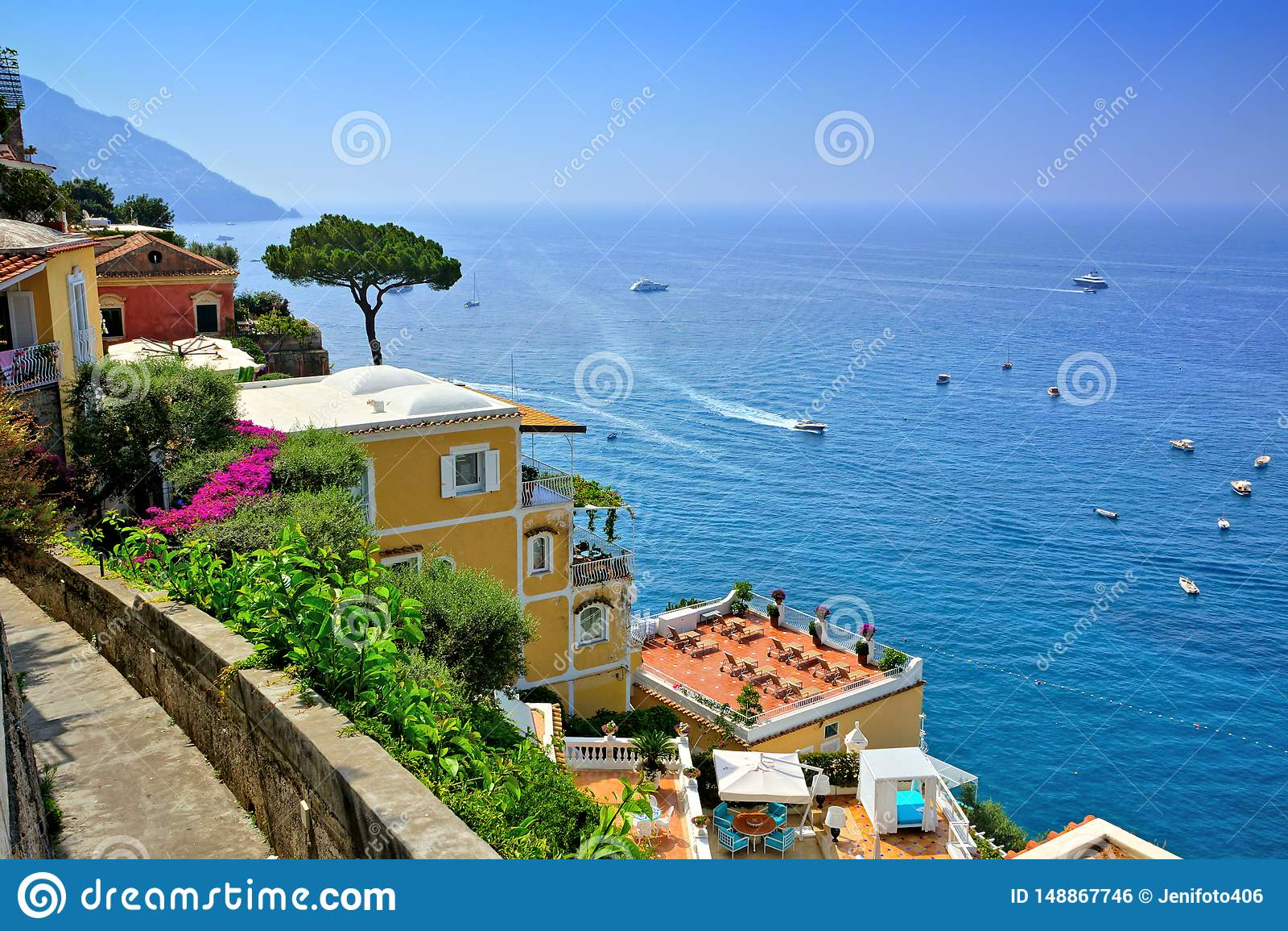 Positano ao longo da costa de Amalfi de Itália, casas de campo luxuosos que negligenciam o mar Mediterrâneo