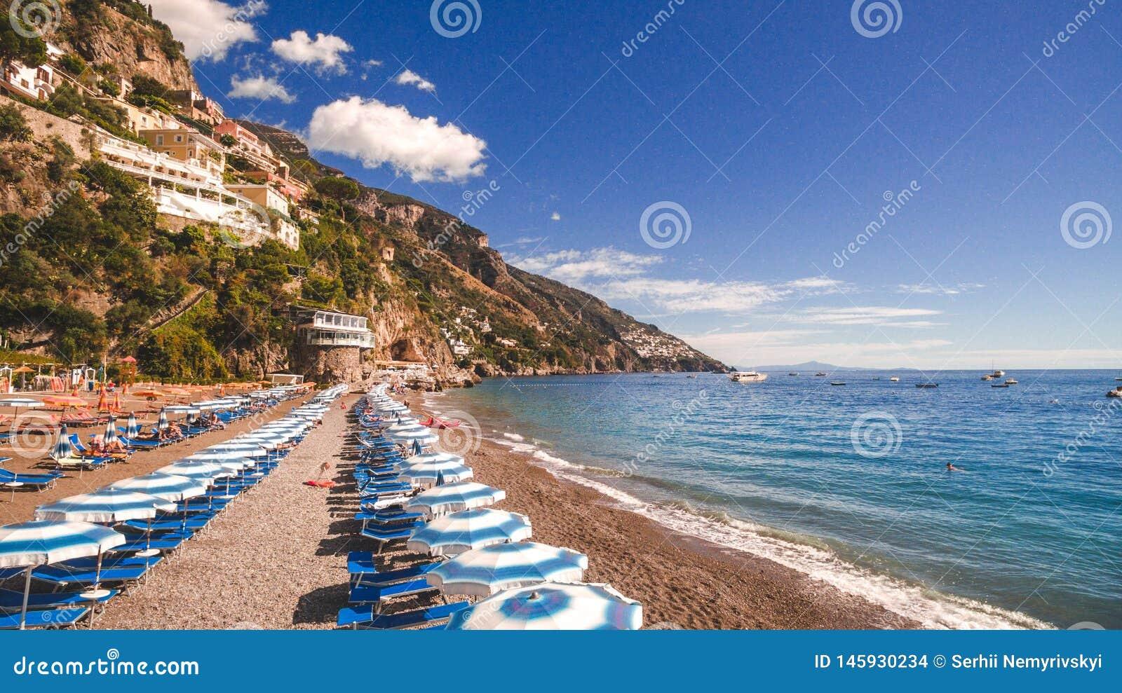 Positano Italien - strand med paraplyer, Amalfi kust, semesterbegrepp, hav, kopieringsutrymme, lopp att turnera bakgrund Erope