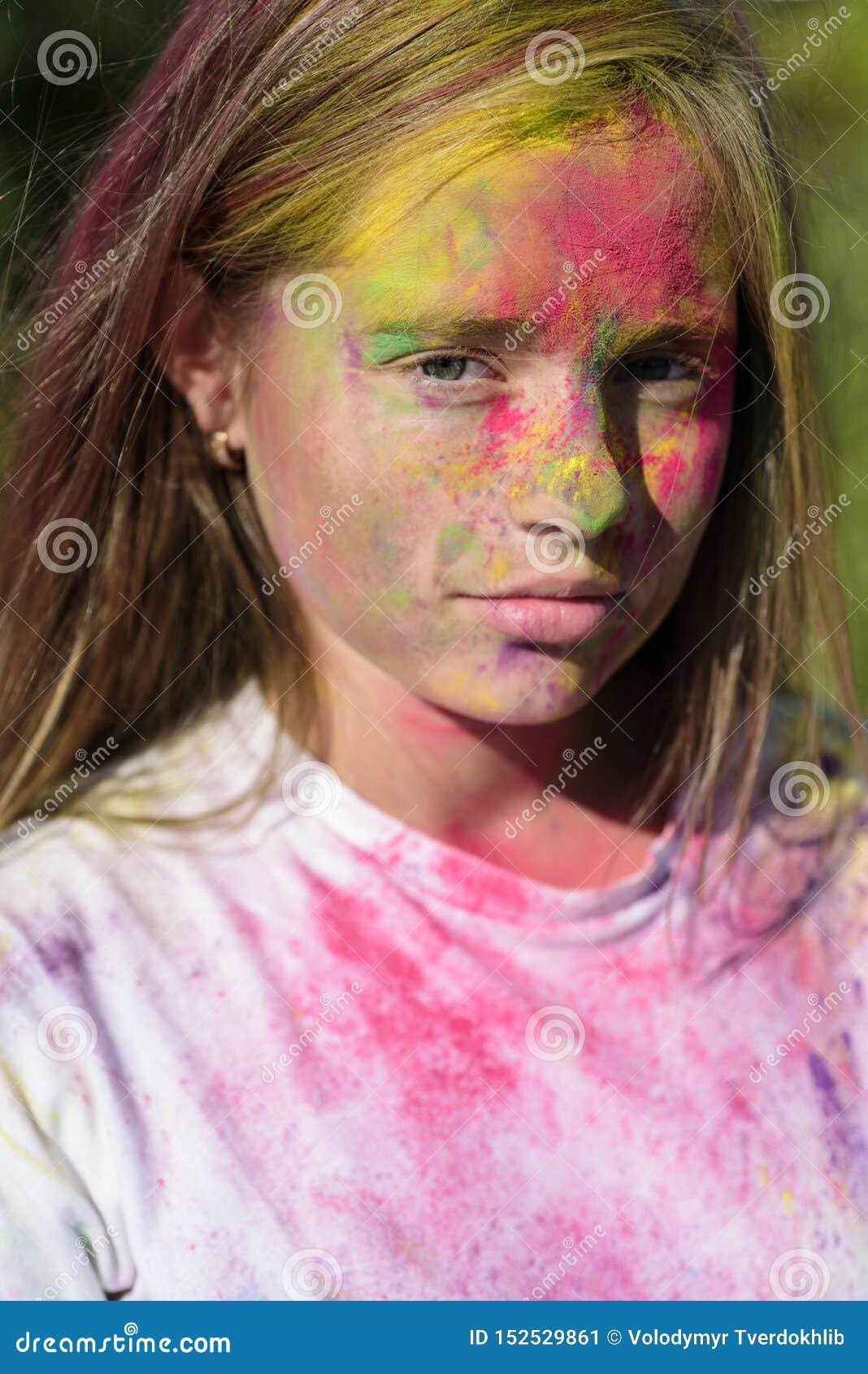 Positief en vrolijk de partij van de manierjeugd De optimistenlente vibes kind met creatief lichaamsart. kleurrijke neonverf
