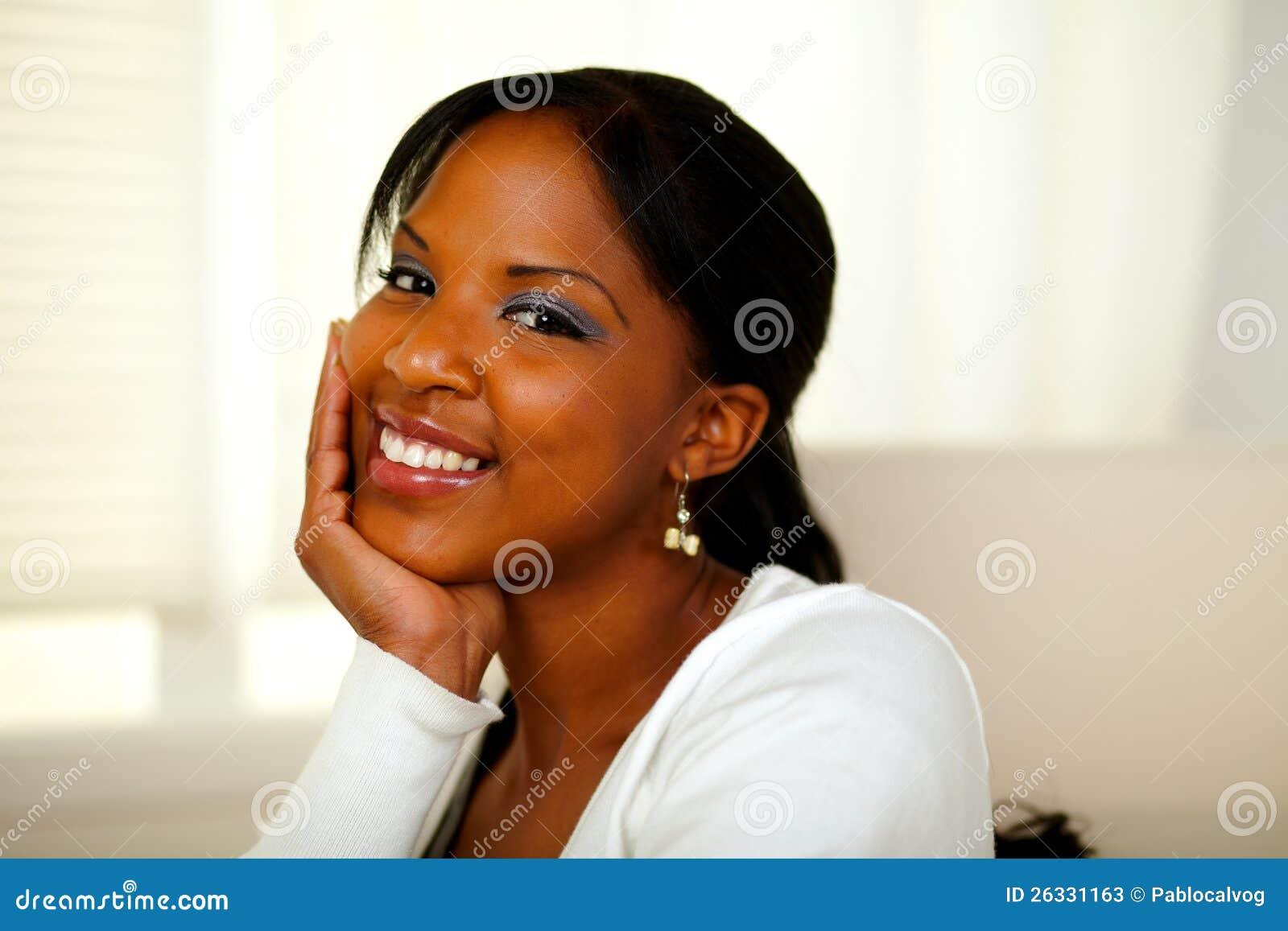 Positieve Afro-Amerikaanse mooie vrouw die u bekijkt