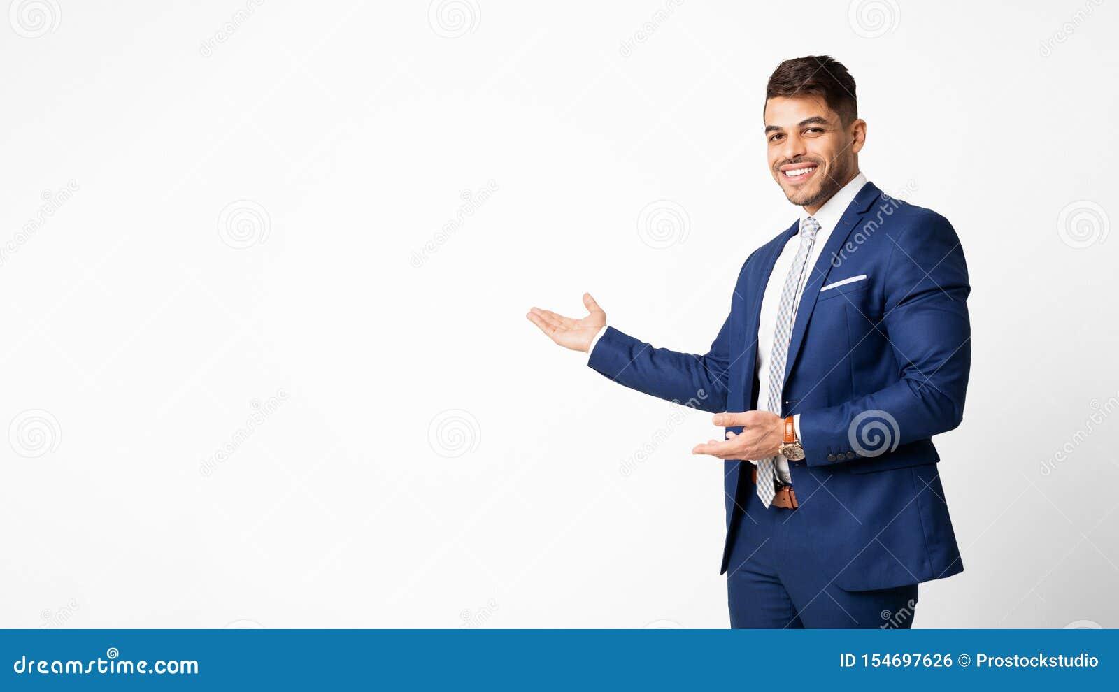 Positieve Arabische Zakenman Presenting Or Offering iets op Geïsoleerde Palm,