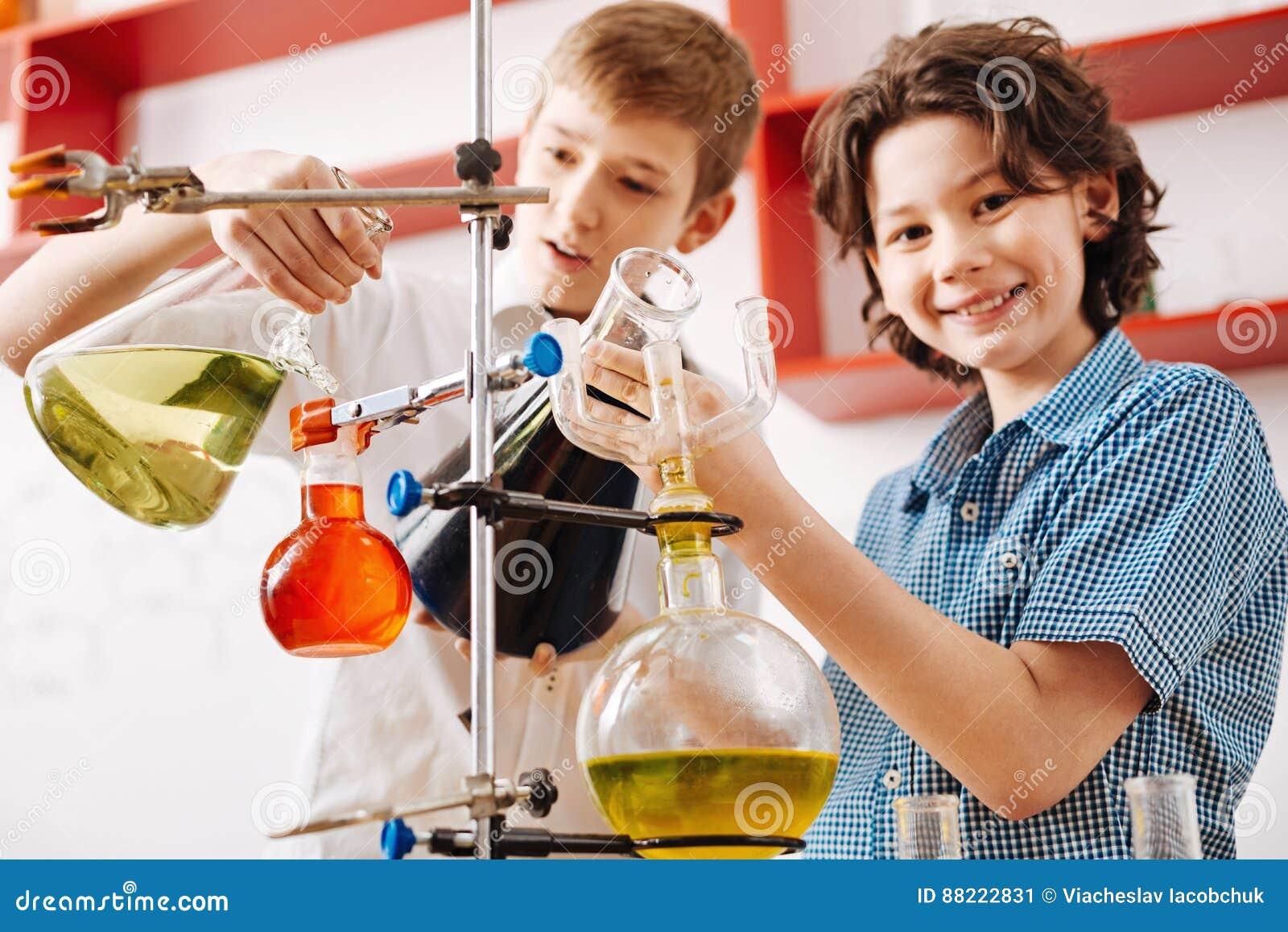 Positieve nieuwsgierige jongens die een wetenschappelijke club bezoeken