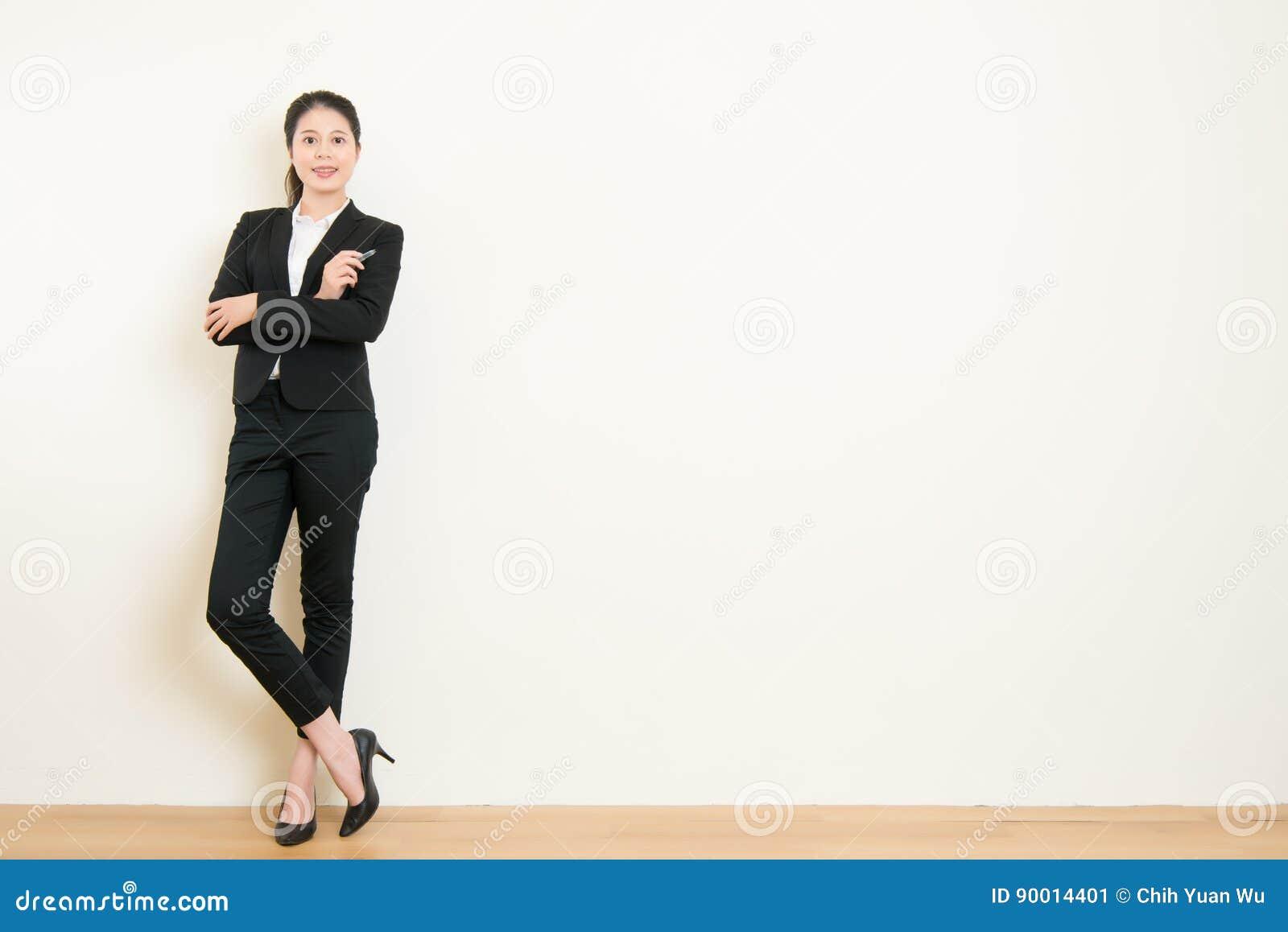 Position asiatique de bras de croix de stylo de participation de femme d affaires