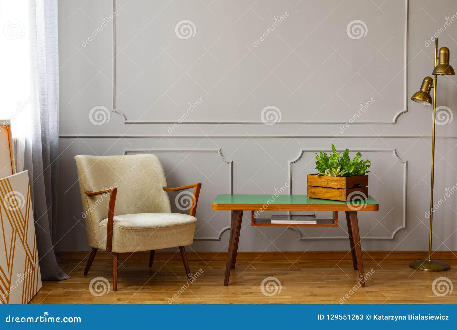Position Table Beige Fauteuil Petite De De élégante à Côté mOnN80wv