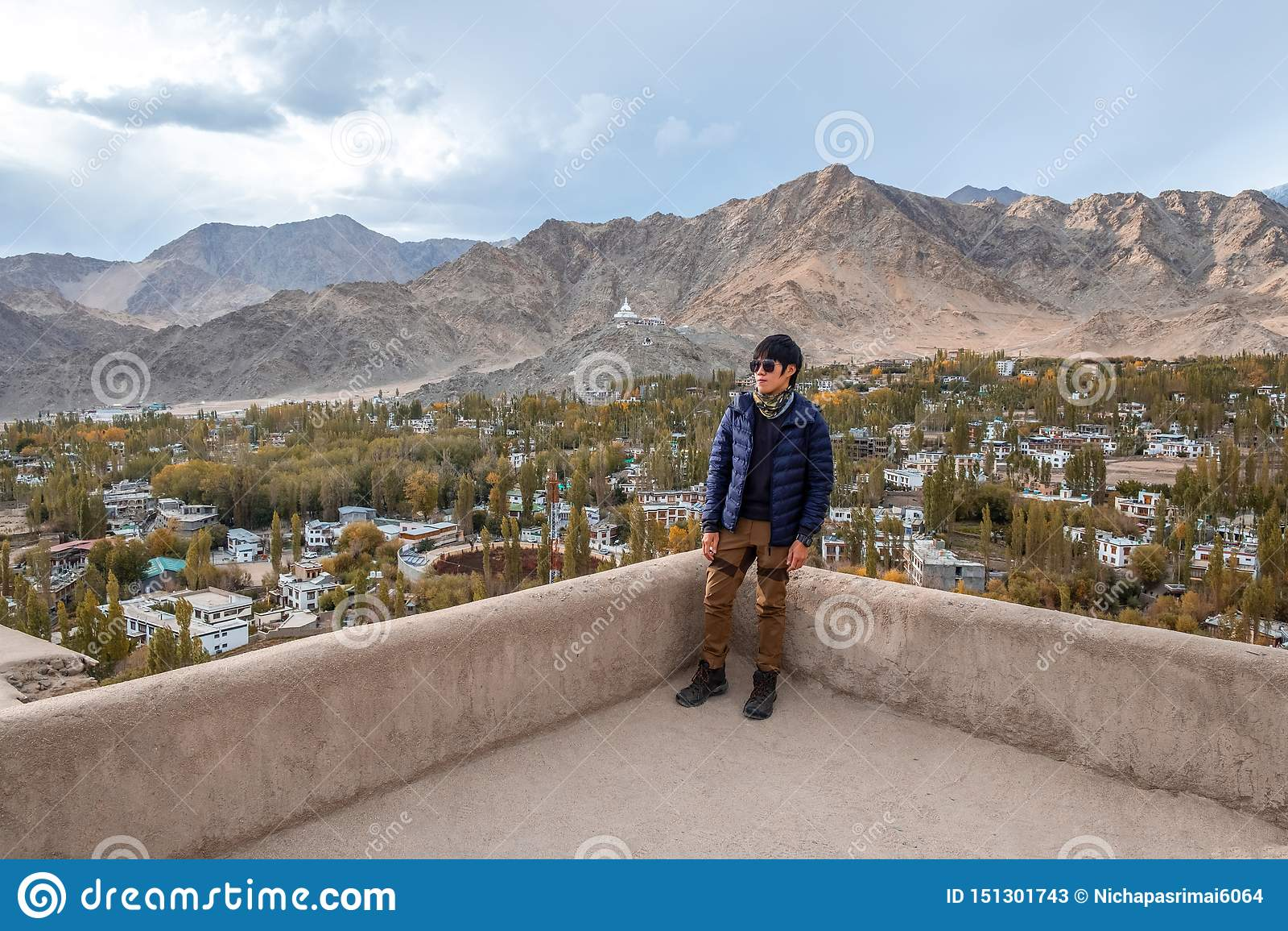Position d homme de voyageur et vue de regard de paysage dans le palais de Leh, pièce de Norther de l Inde