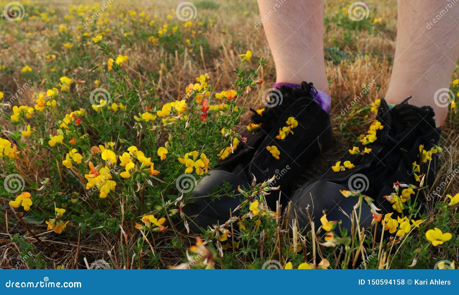 Position de fille dans un domaine des fleurs