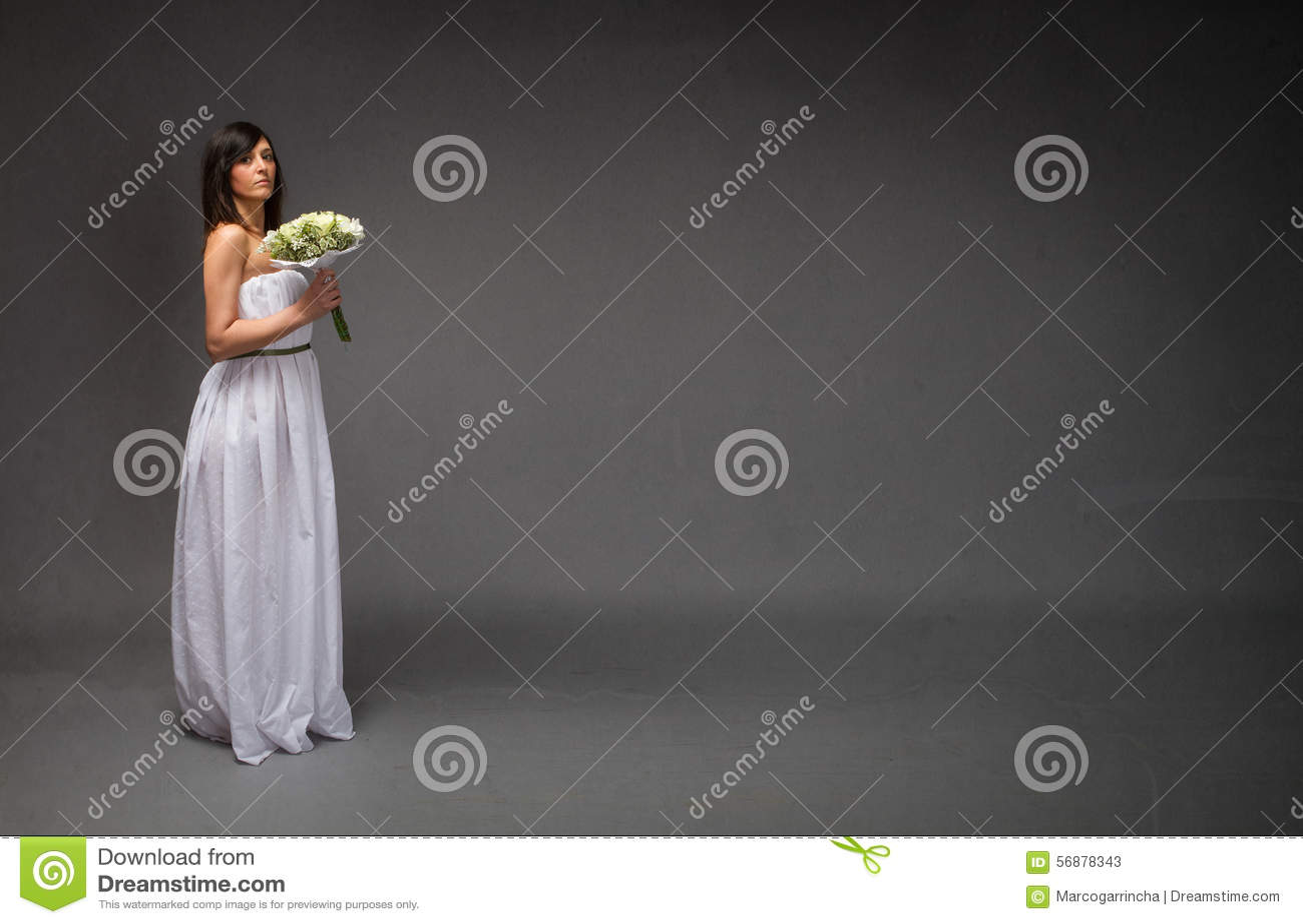Position de partie latérale de jeune mariée