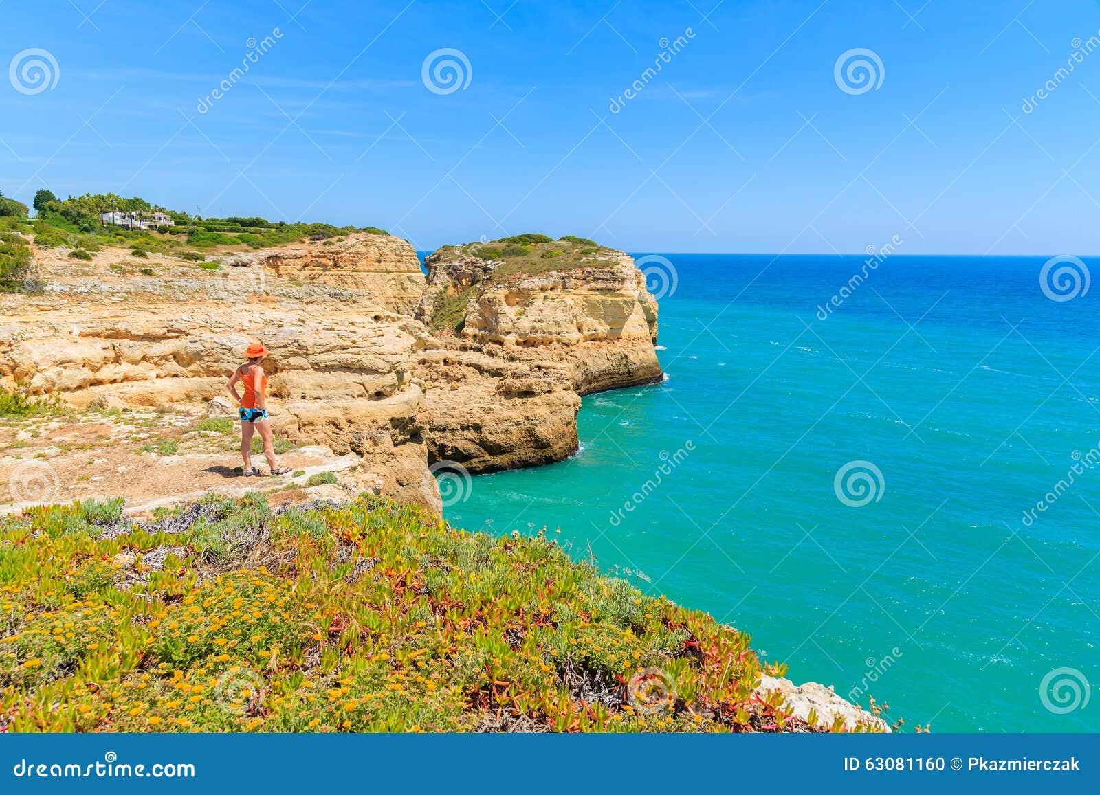Download Position De Touristes De Jeune Femme Sur La Falaise Photo stock - Image du horizontal, océan: 63081160