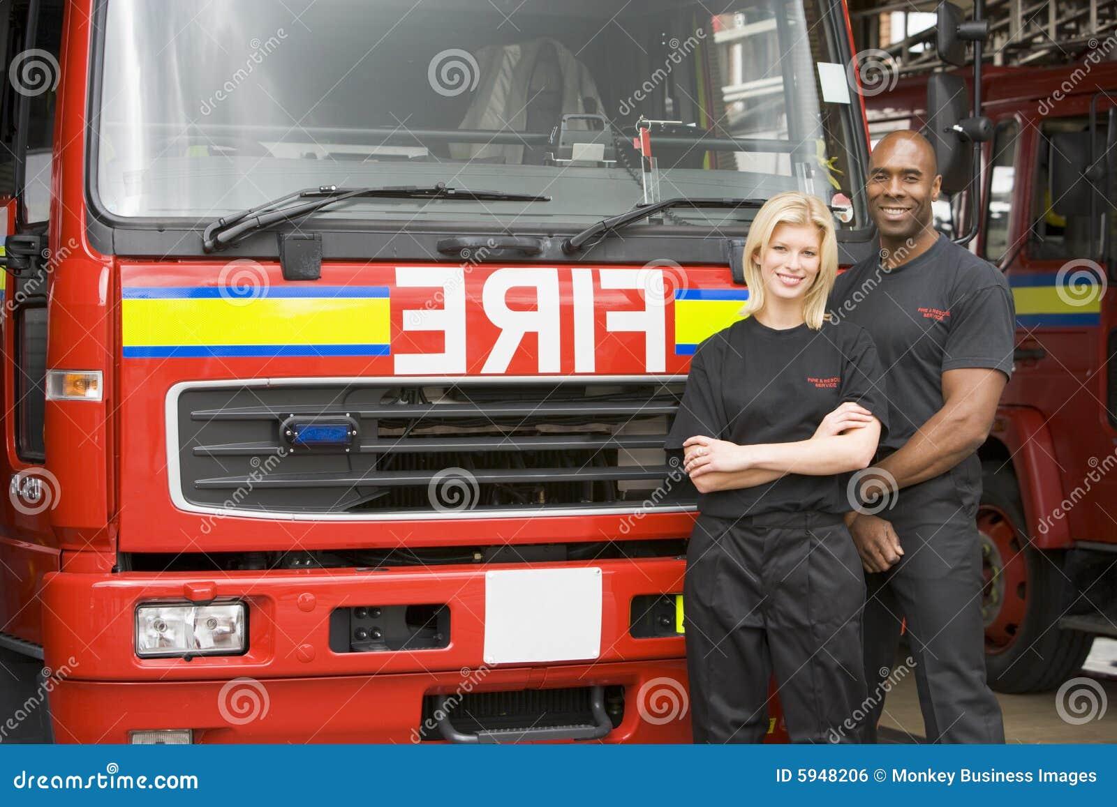 Position de verticale de sapeurs-pompiers d incendie d engine