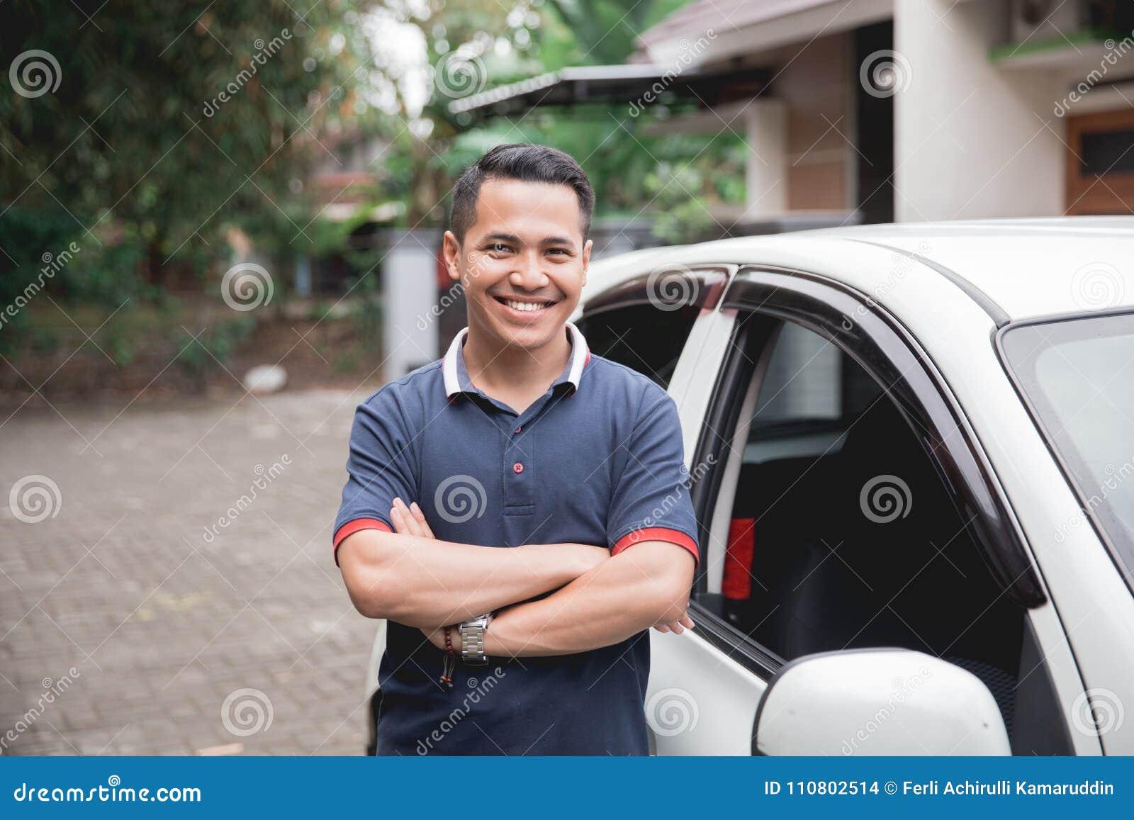 Position devant la voiture chauffeur de taxi masculin