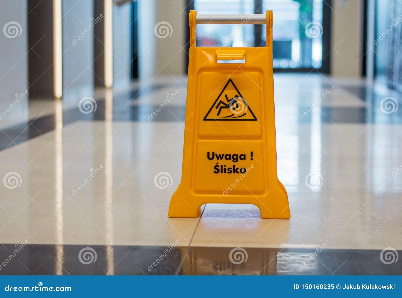 Position humide de panneau d avertissement de plancher dans un couloir