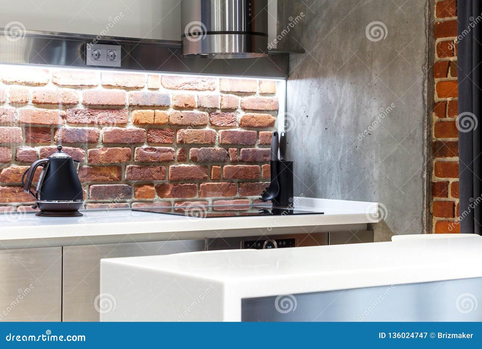 Position Noire De Theiere Sur La Table De Cuisine Contre Le Mur De