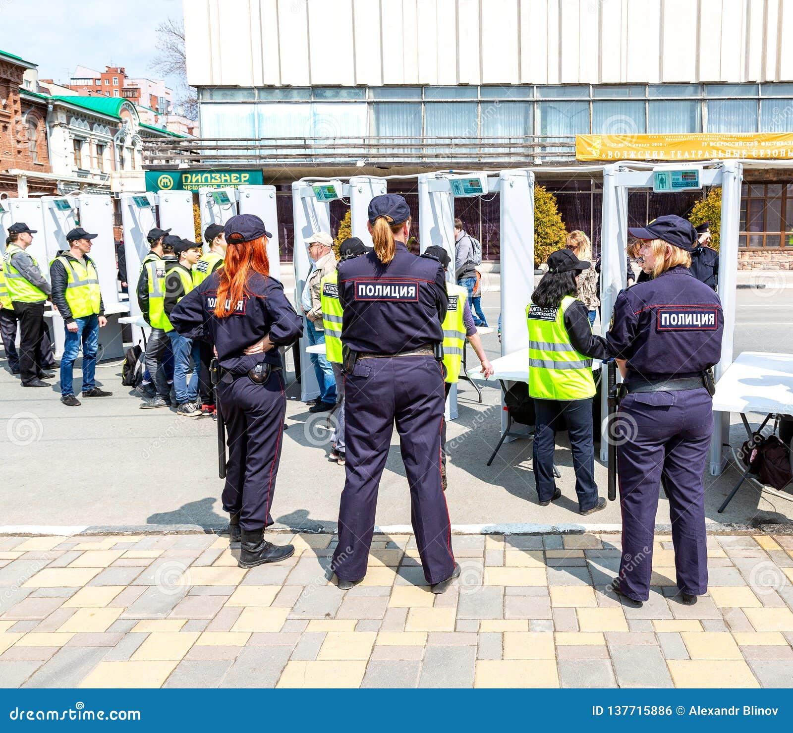 Position russe de policewomans derrière l entrée