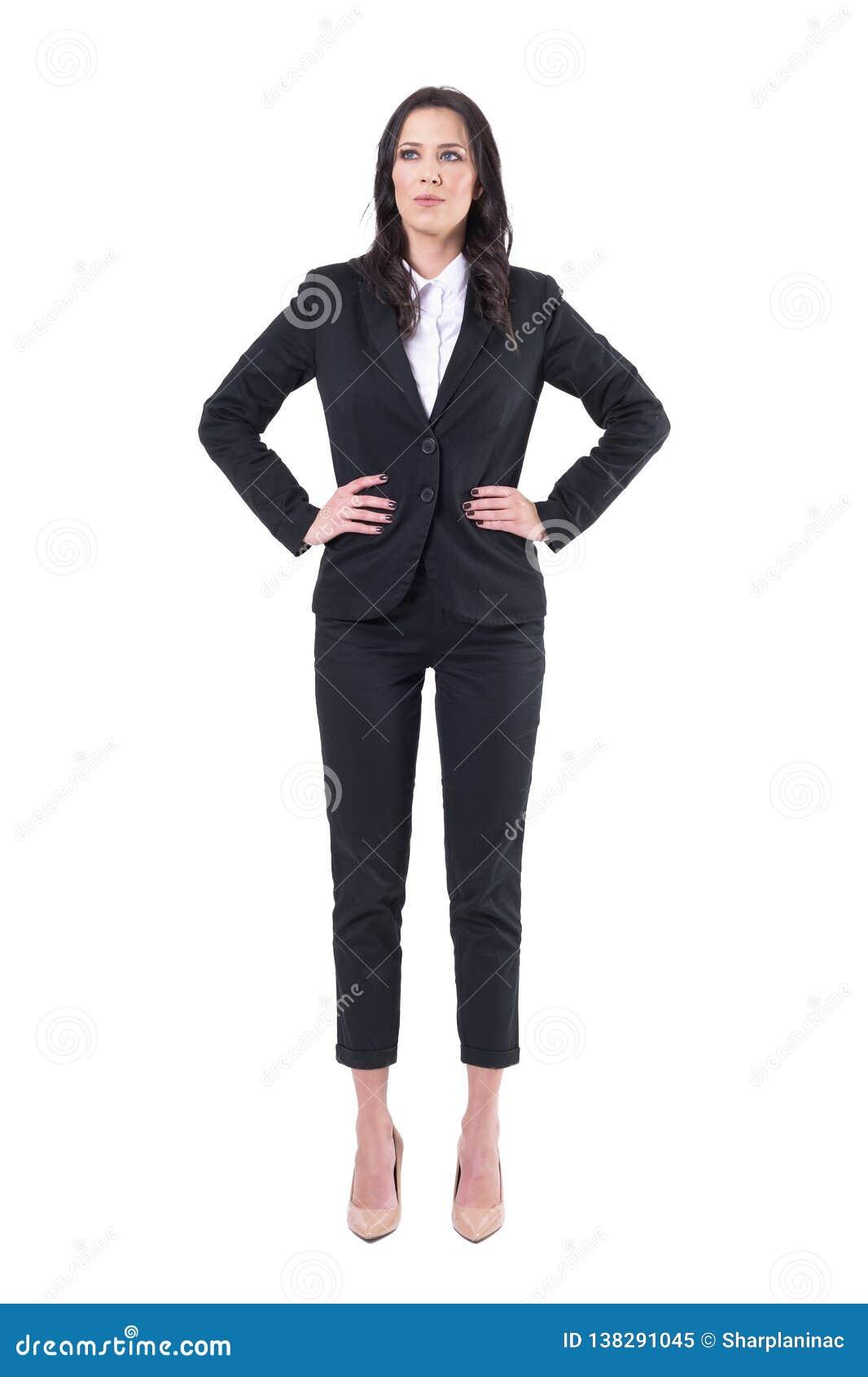 Position sûre réussie de directeur de femme d affaires avec des bras sur des hanches recherchant