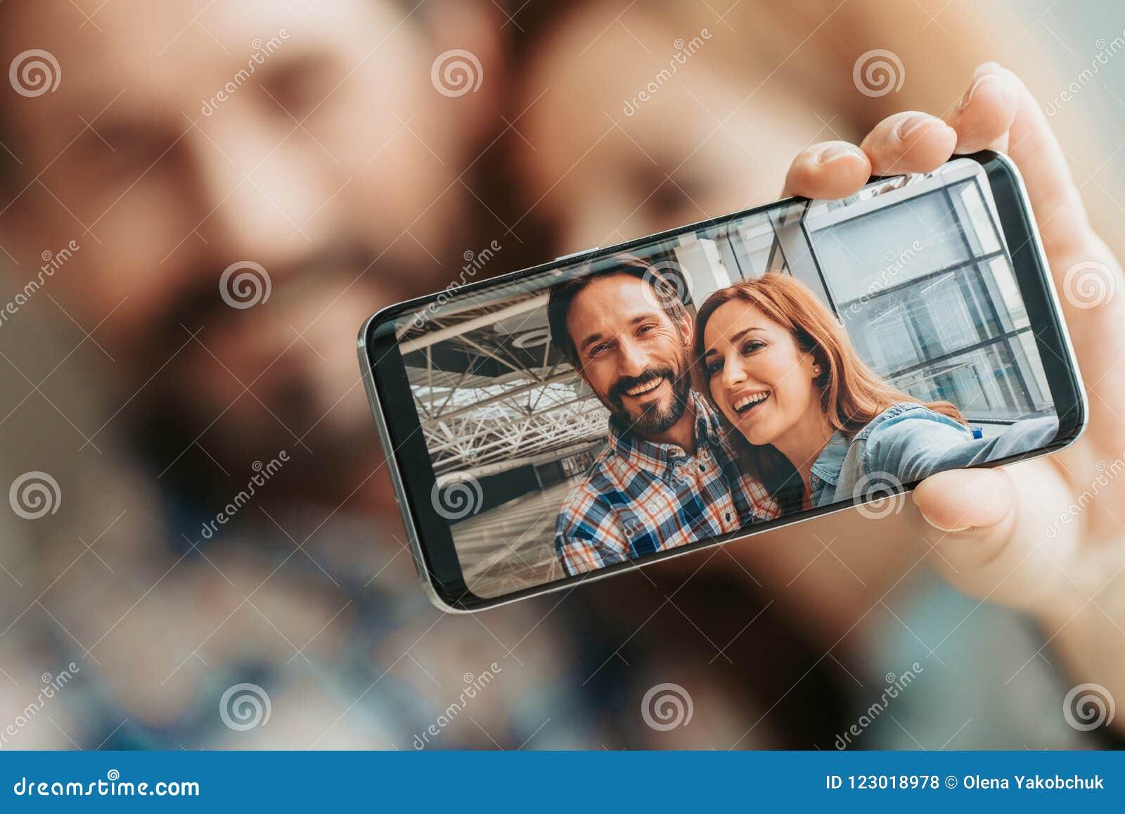Positiv dam och man som gör silfie