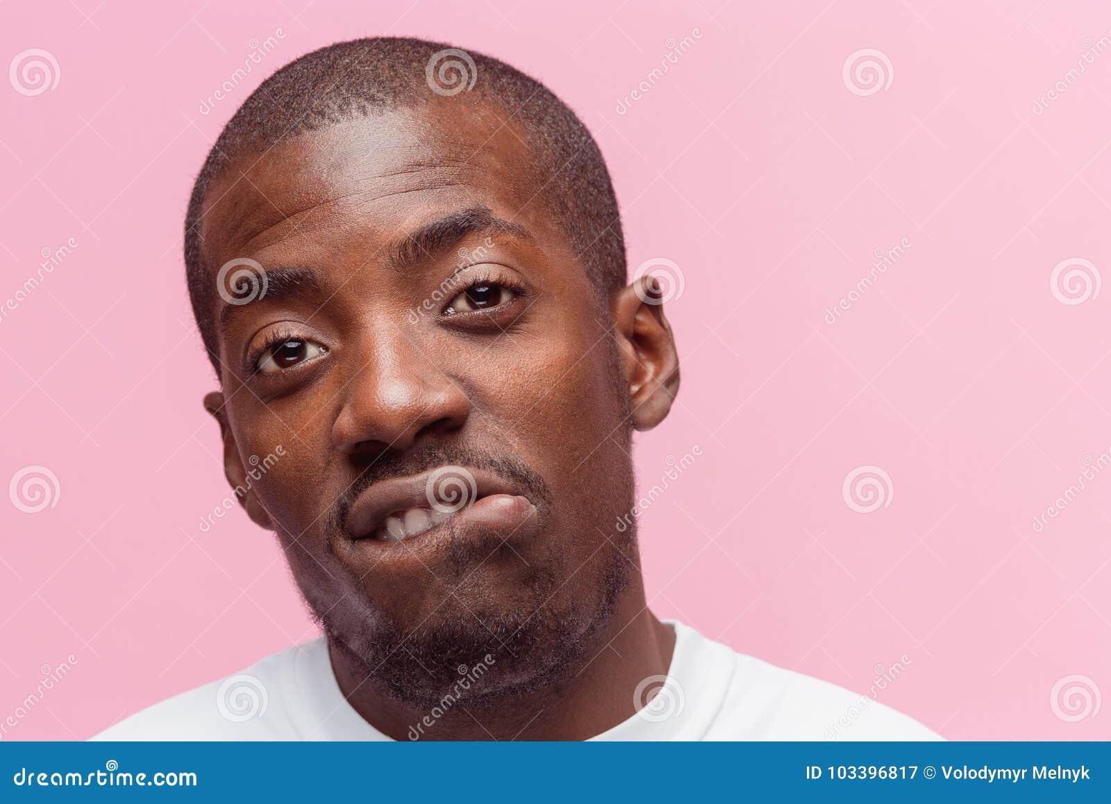 Positiv, das afro-amerikanischen Mann auf rosa Hintergrund denkt