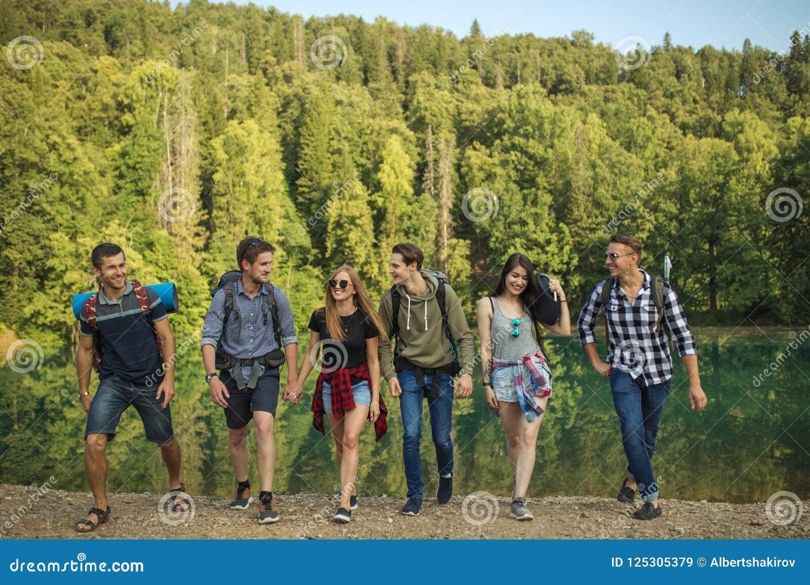 Positiv, lächelnde junge Leute sind in das Reisen vernarrt