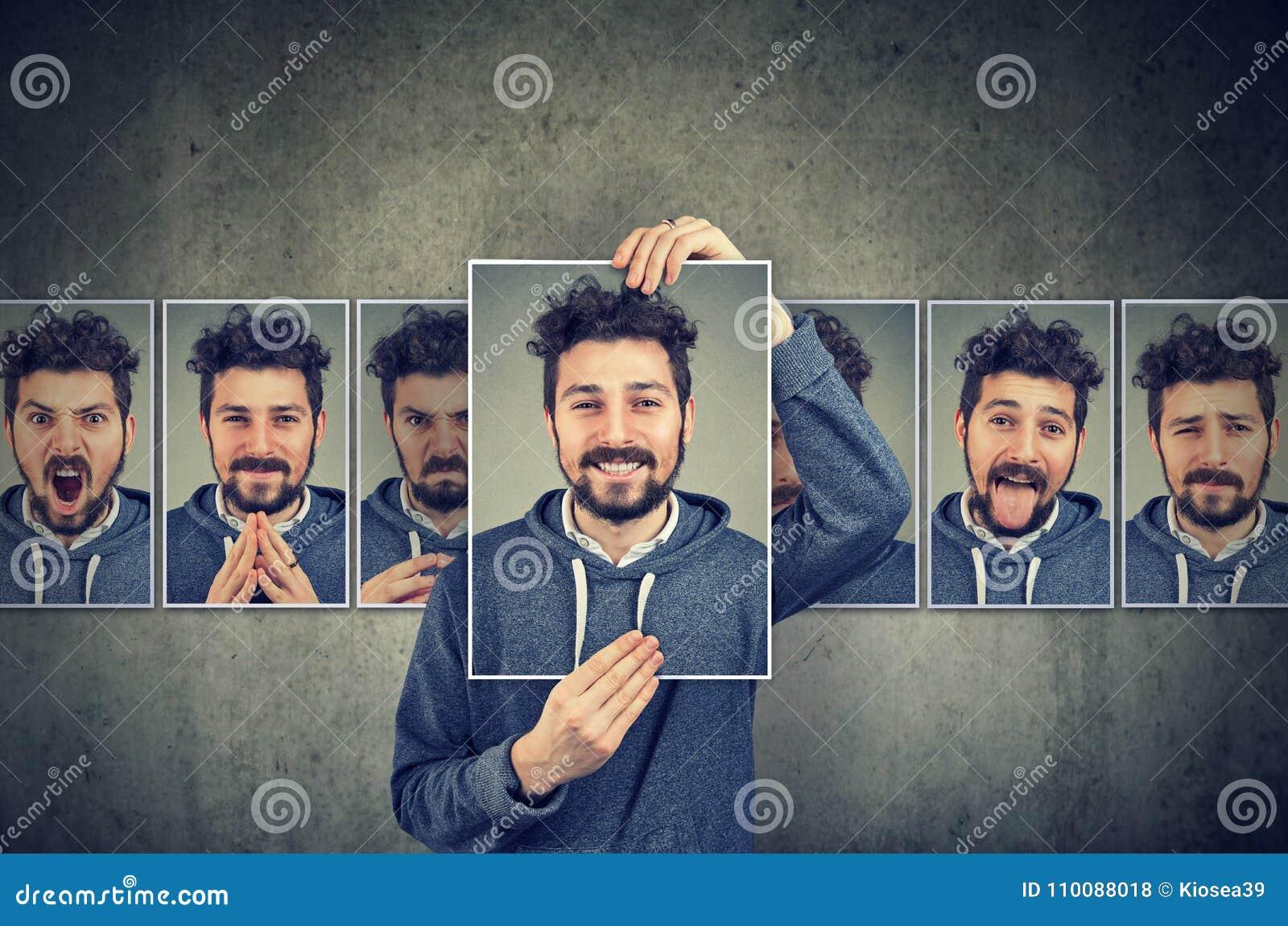 Positiv maskierte Mann in den Gläsern, die verschiedene Gefühle ausdrücken