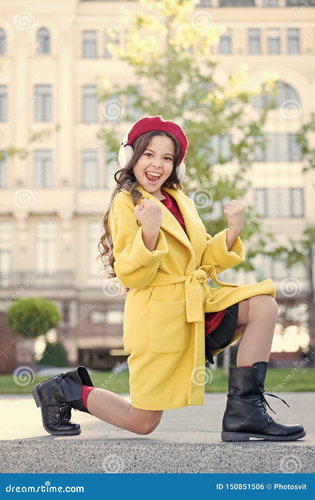 Positiv p?verkan av musik Barndom och ton?rs- musiksmak Tycker om lyssnande musik f?r liten flicka favorit- s?ng flicka