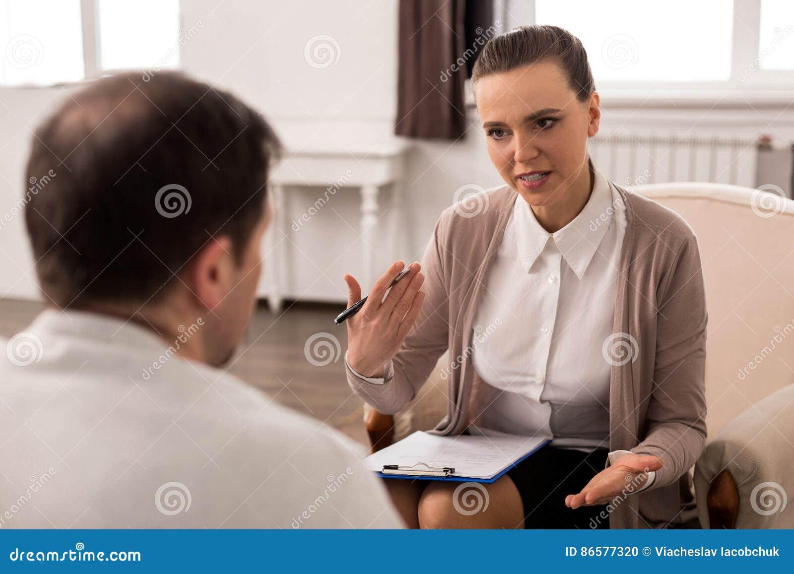 Positiv yrkesmässig terapeut som ger rådgivning
