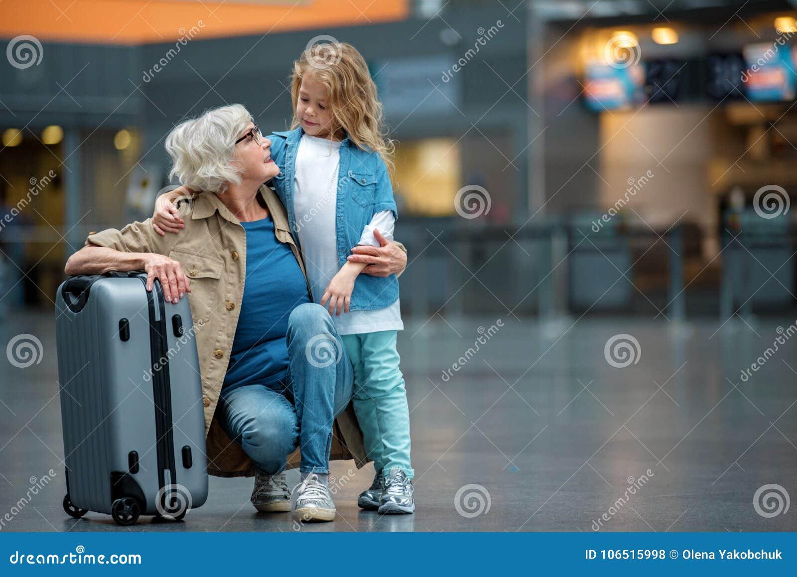 Positive ältere Dame und kleines Mädchen genießen Zeit zusammen