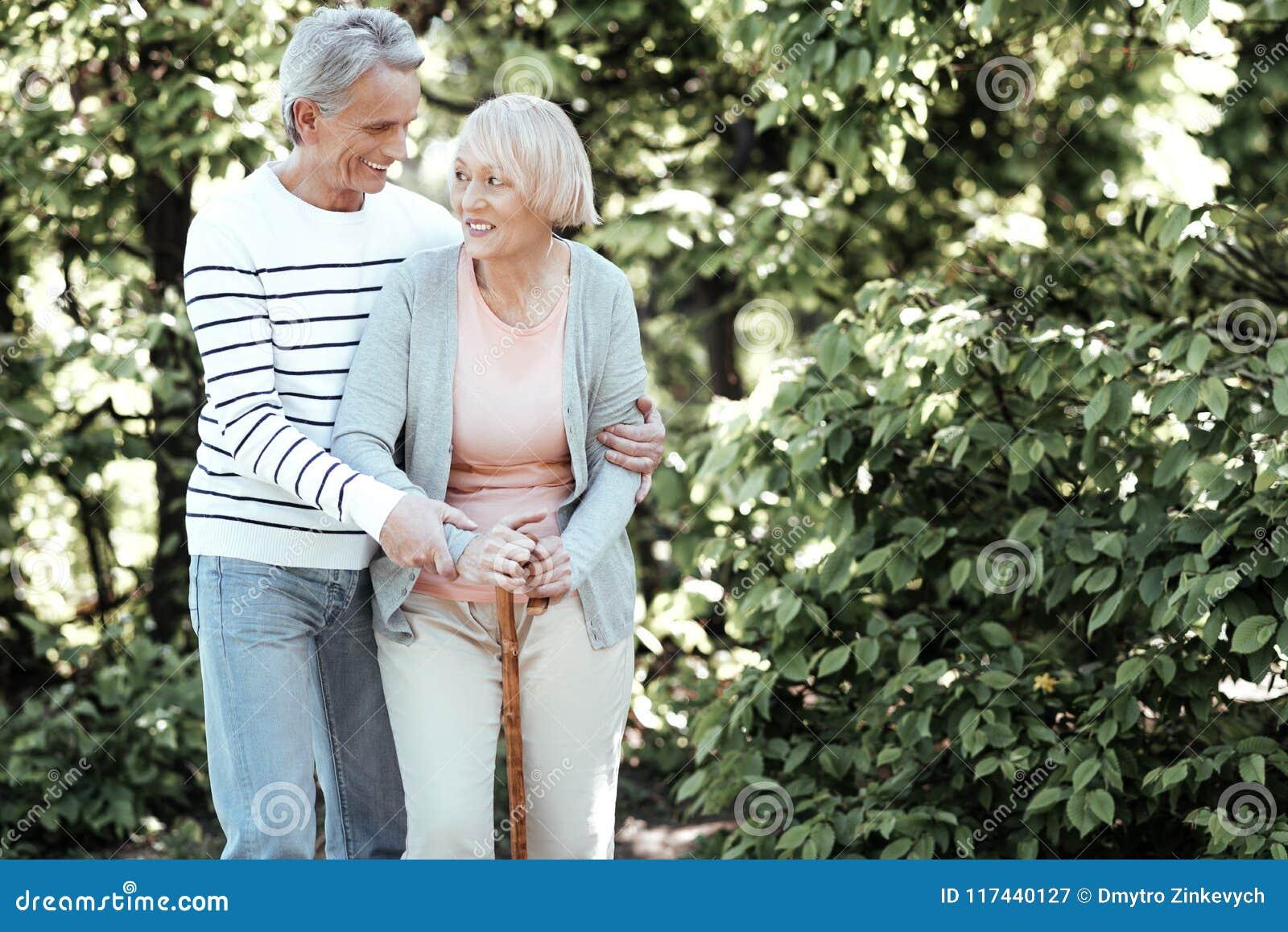 Positive begeisterte Paare, die Zeit im Park verbringen