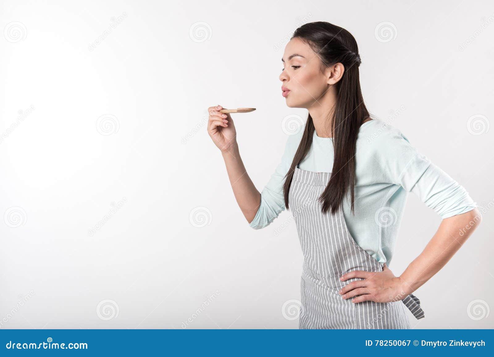 Positive Frau beschäftigt gewesen mit dem Kochen
