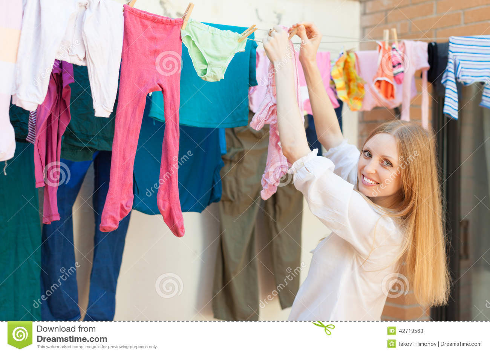 Фото женщины развешивающей белье 1 фотография