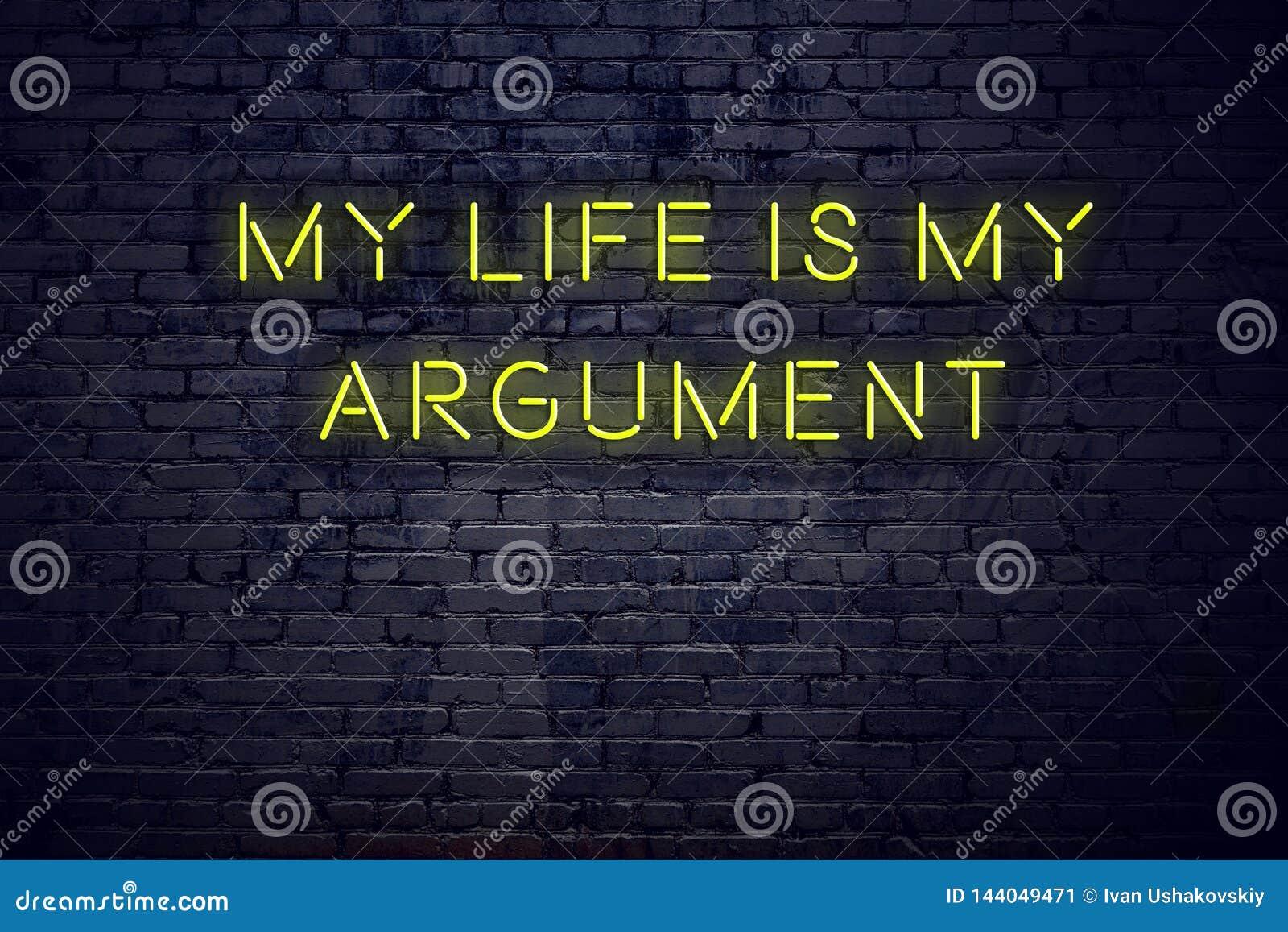 Positives Anspornungszitat auf Leuchtreklame gegen Backsteinmauer mein Leben ist mein Argument