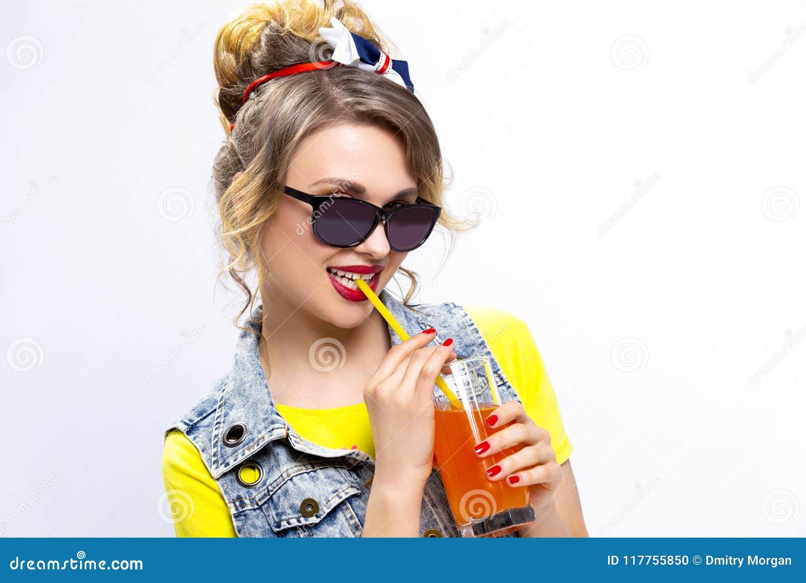 Positives und glückliches kaukasisches blondes Mädchen