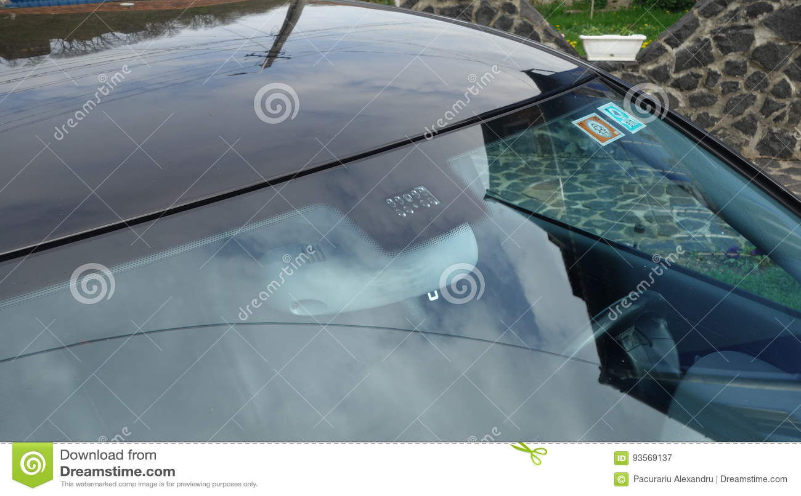 Posizione dei sensori della pioggia e della luce del parabrezza, tergicristallo di lusso dell automobile, vetro tinto blu, vista